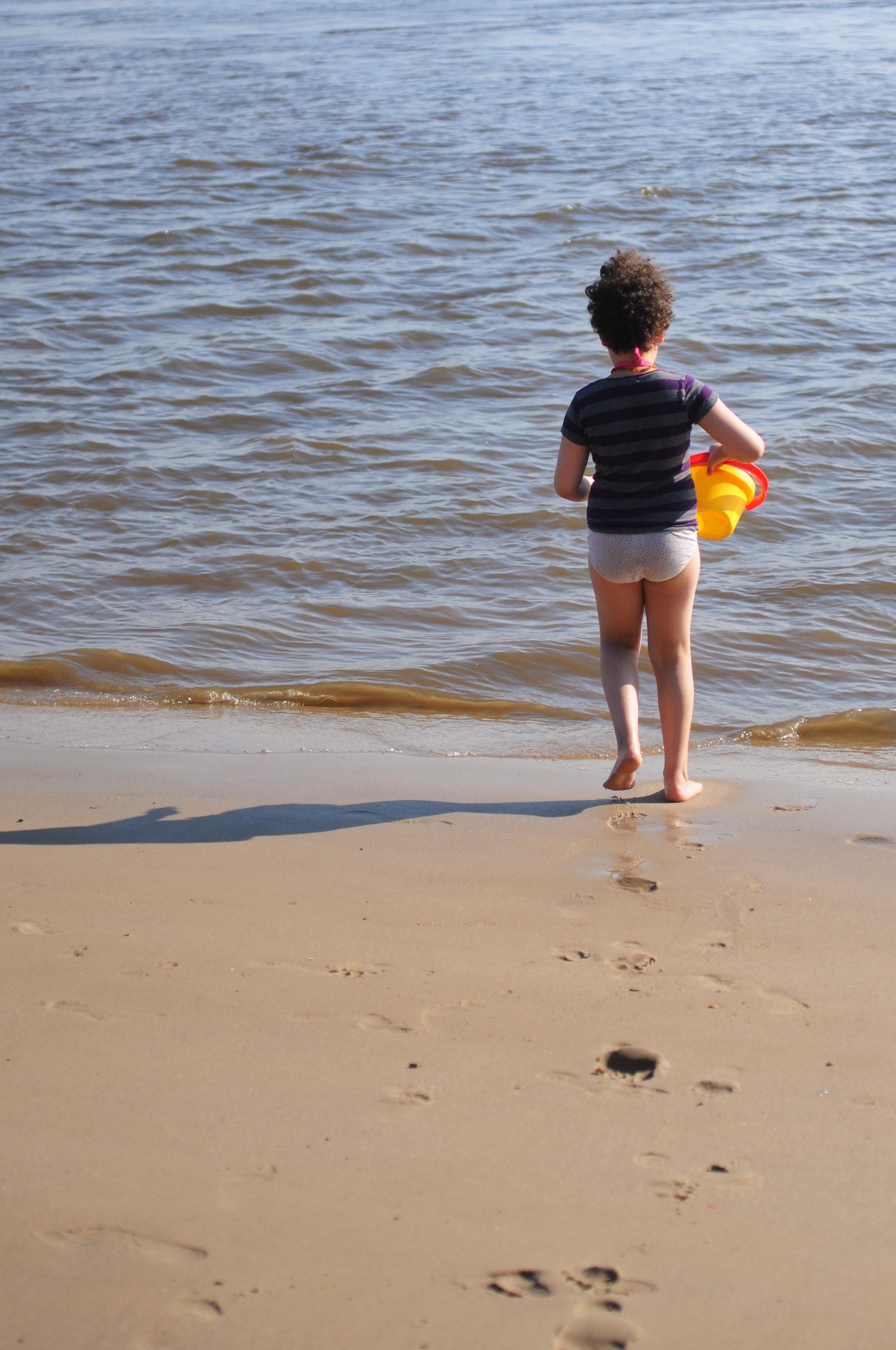 Elbufer Mädchen holt Wasser