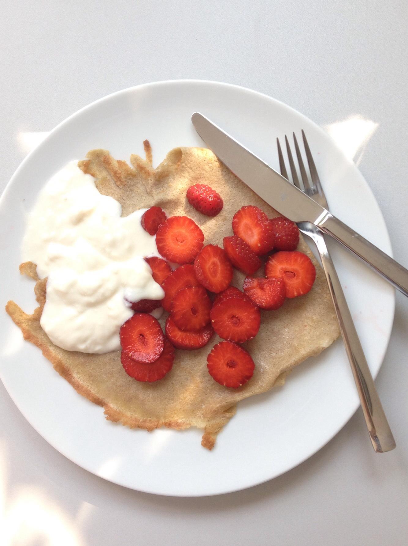 Buchweizen Pancakes mit Sojajoghurt und Erdbeeren
