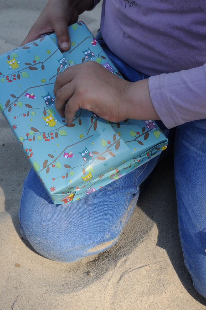 Yasmina packt ihr Geburtstagsgeschenk aus