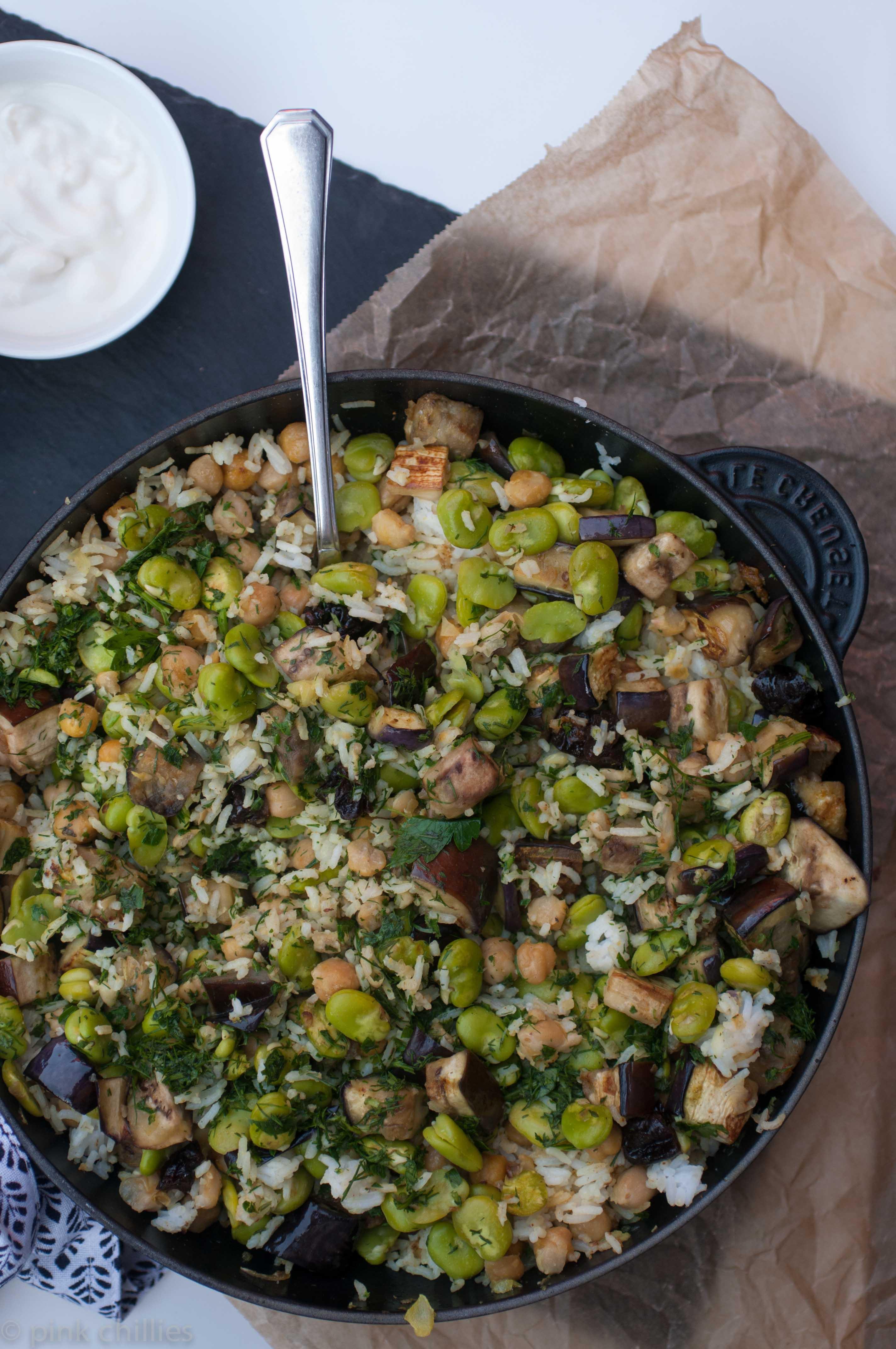 Le Creuset Pfanne Basmati Reis mit Aubergine dicken Bohnen Kichererbsen und frischen Kräutern