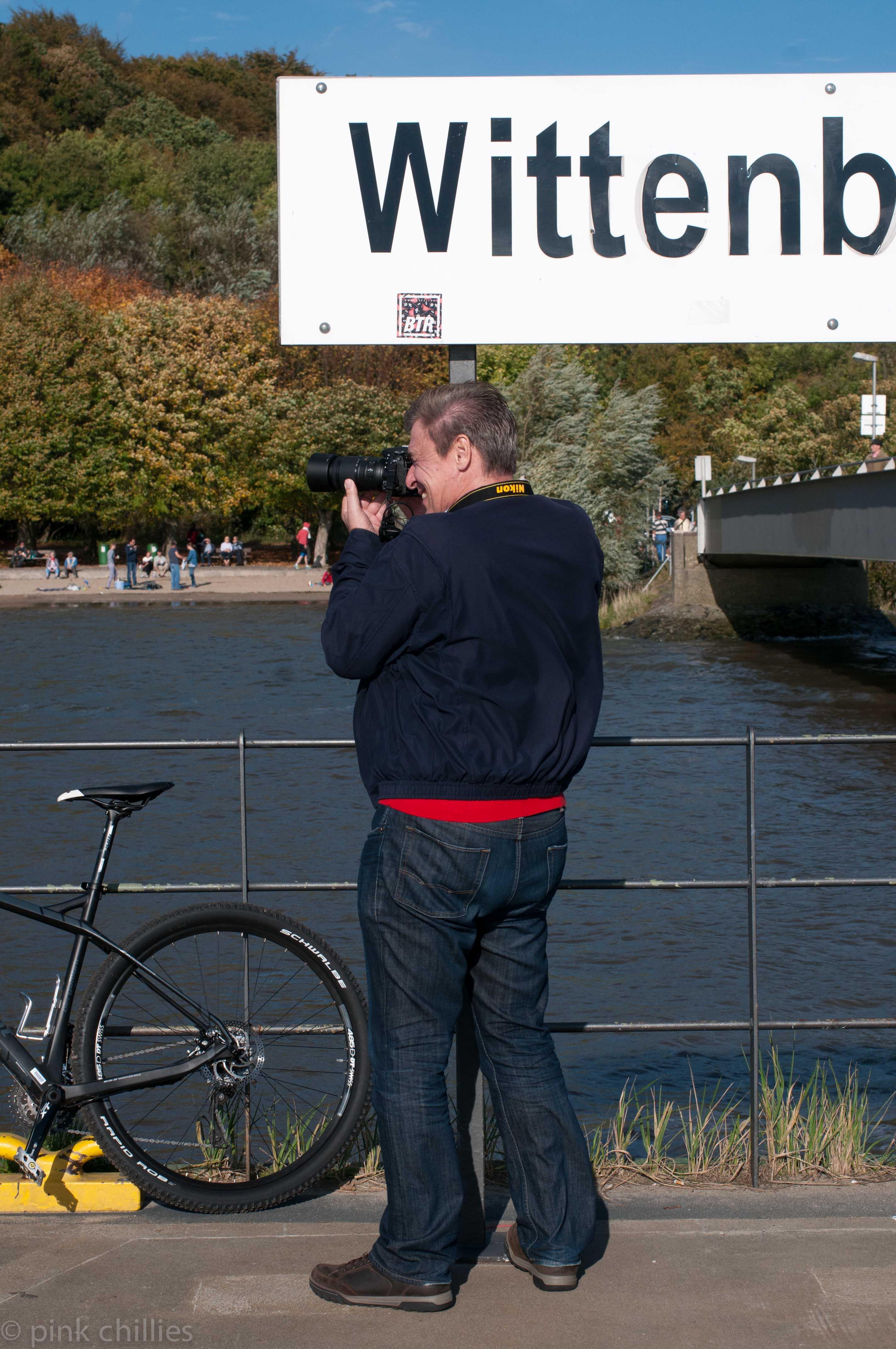 Fotograf NIKON auf Fähranleger Hamburg Wittenberge
