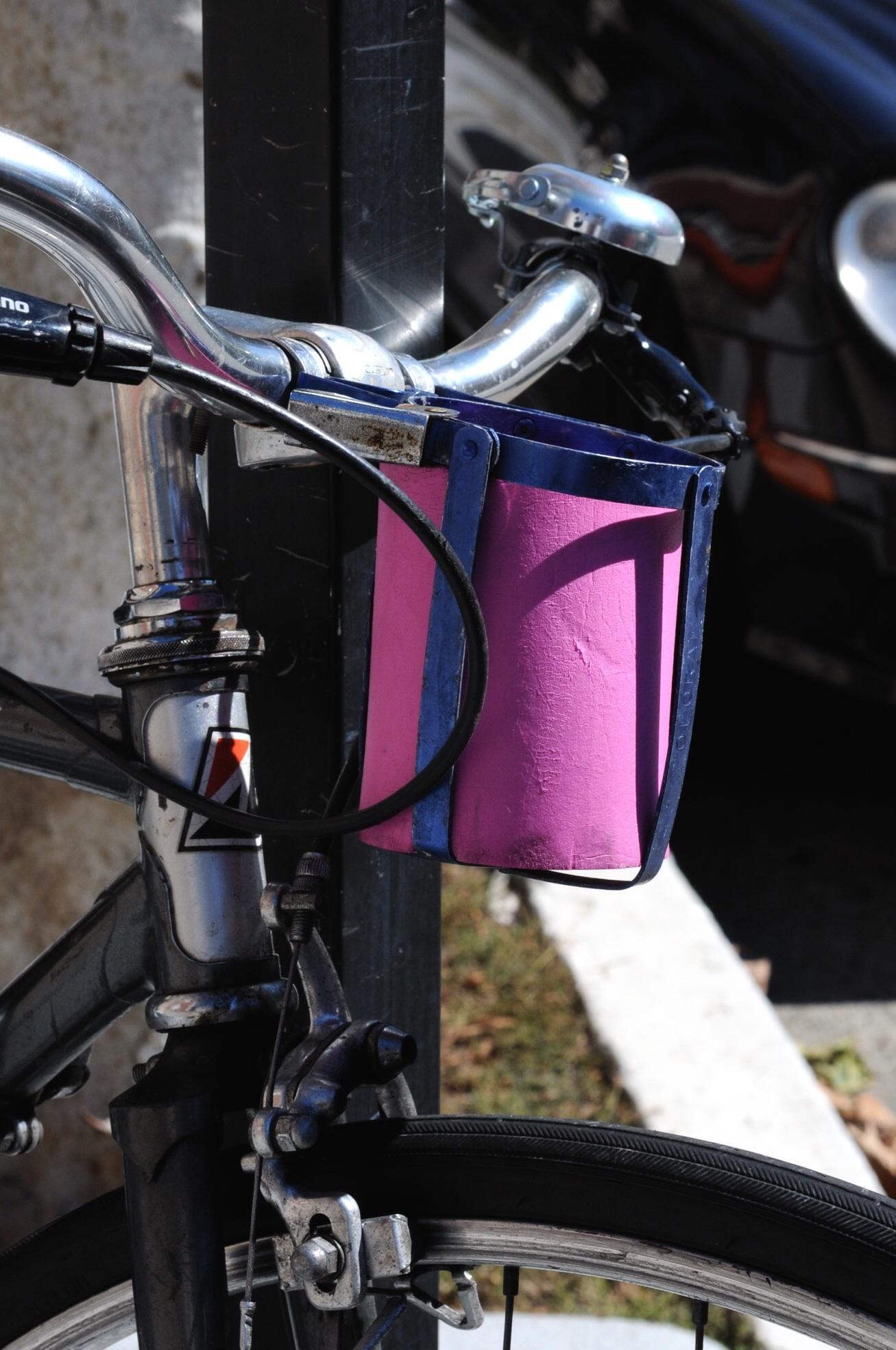 Getränkehalter am Lenker des Fahrrads