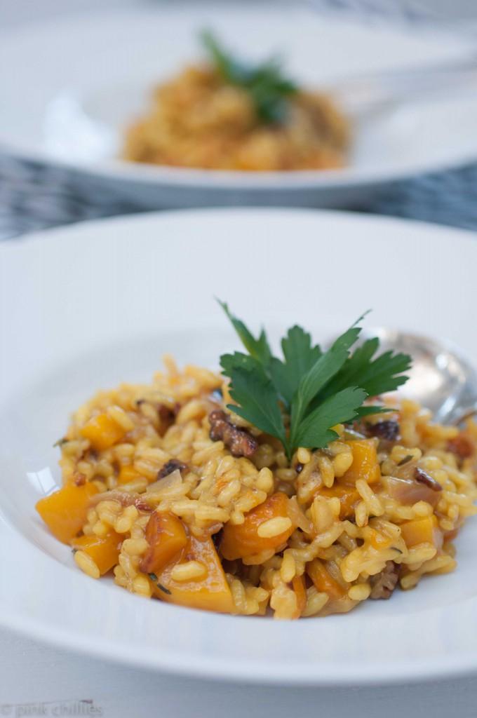 Veganes Kürbisrisotto mit karamelisierten Pecannüssen