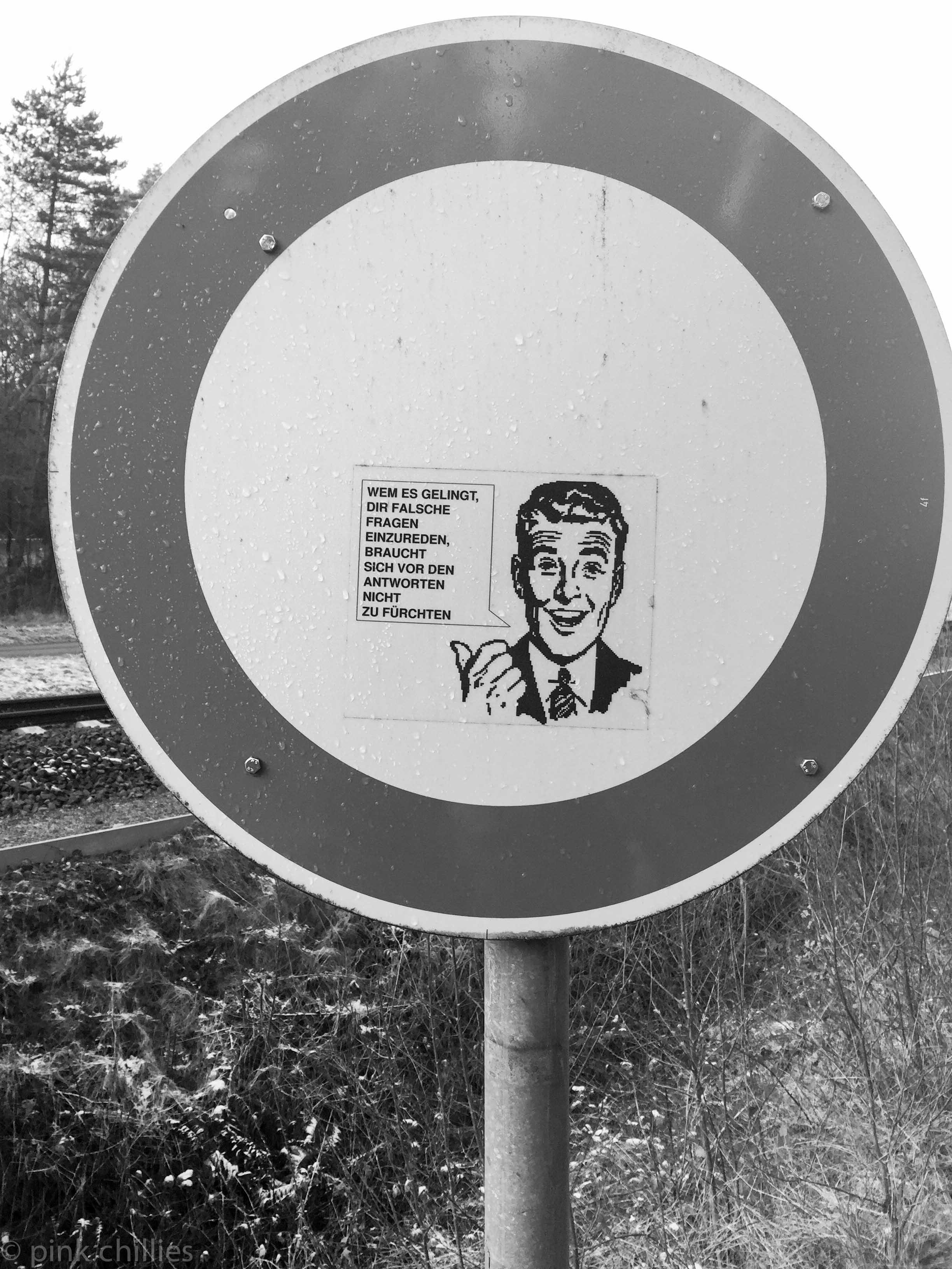 AUFKLEBER AUF VERKEHRSSCHILD