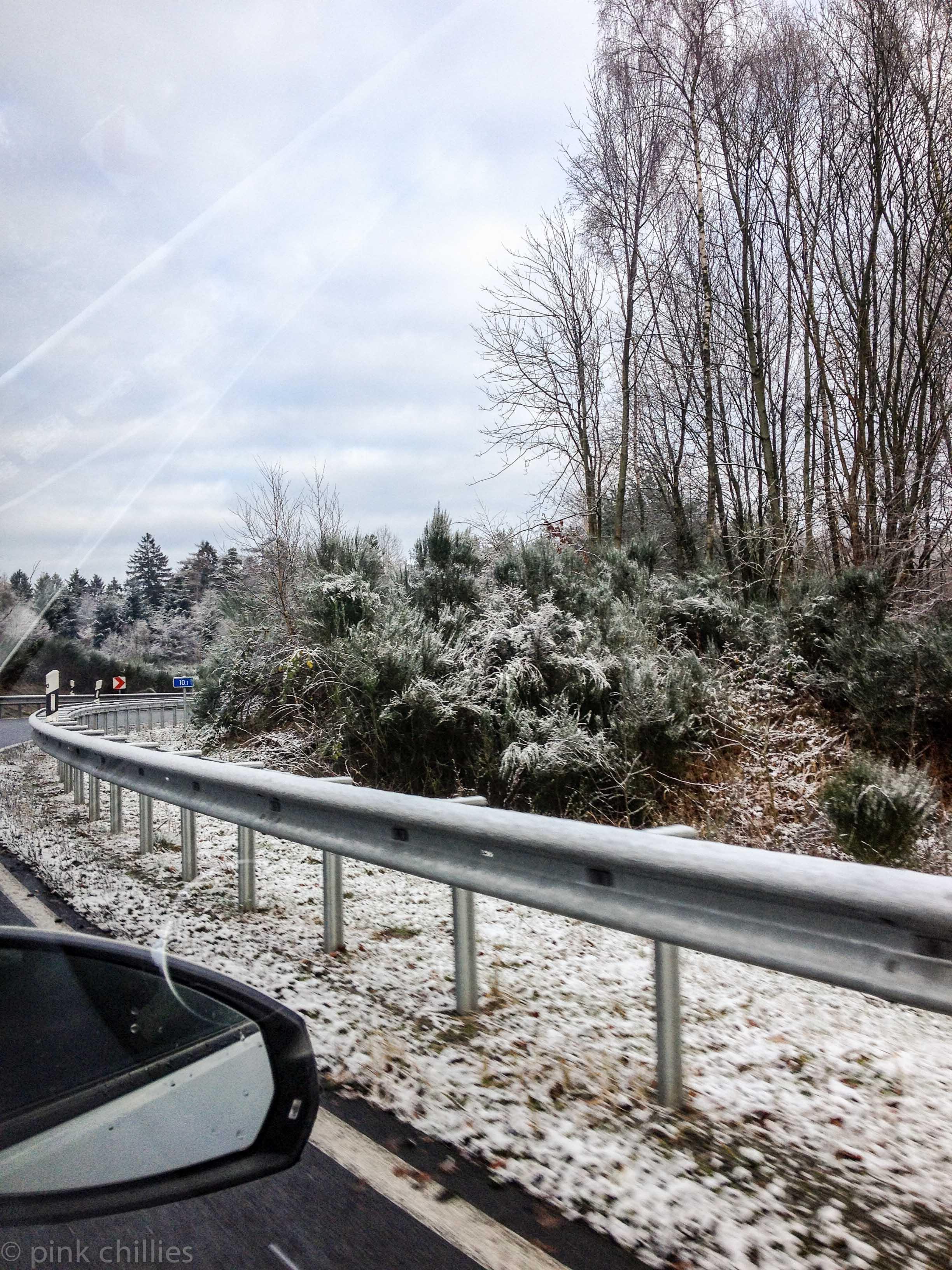 Leichte Schneedecke auf Autobahn