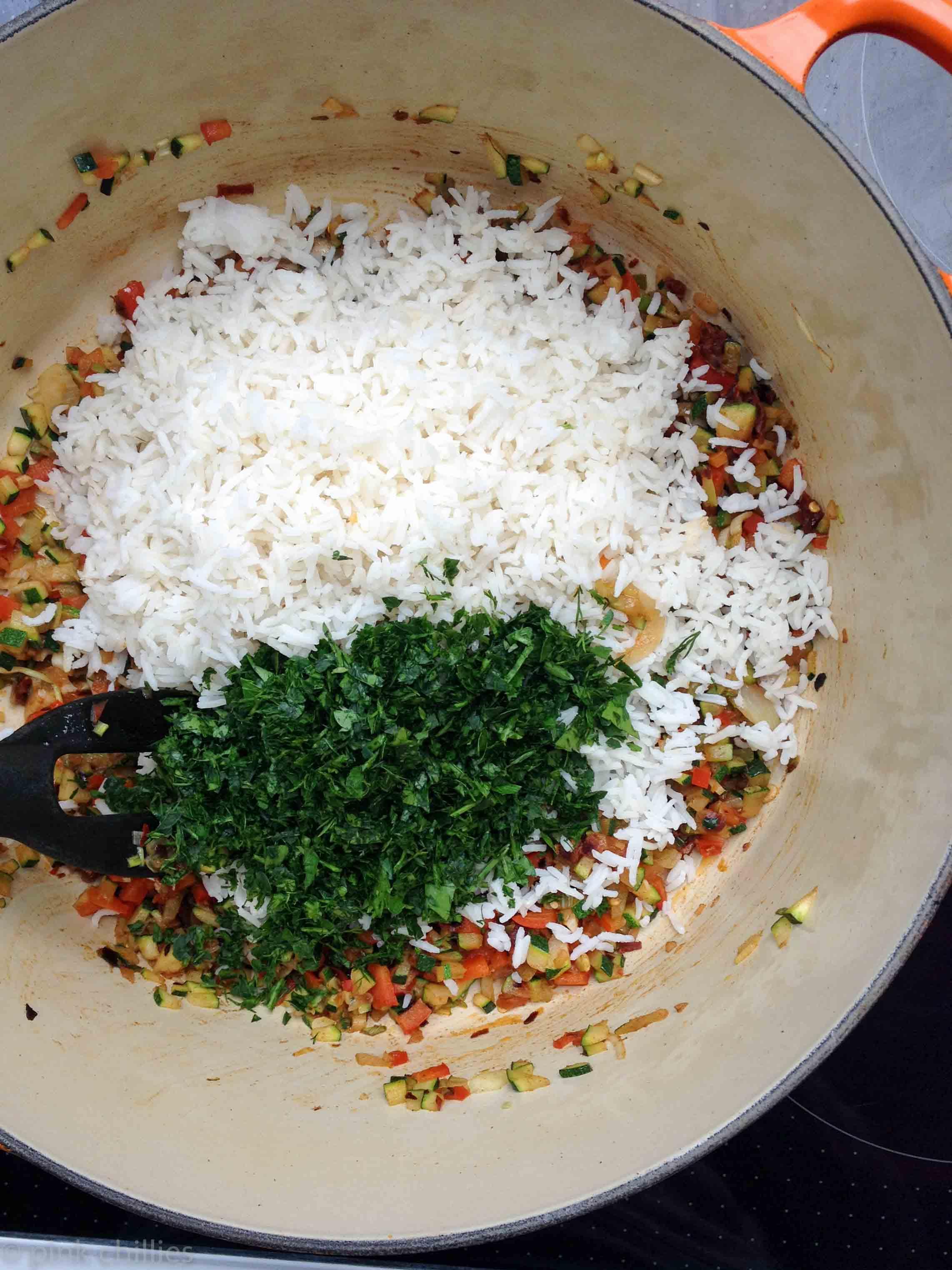 Reis mit Gemüse und frischen Kräutern