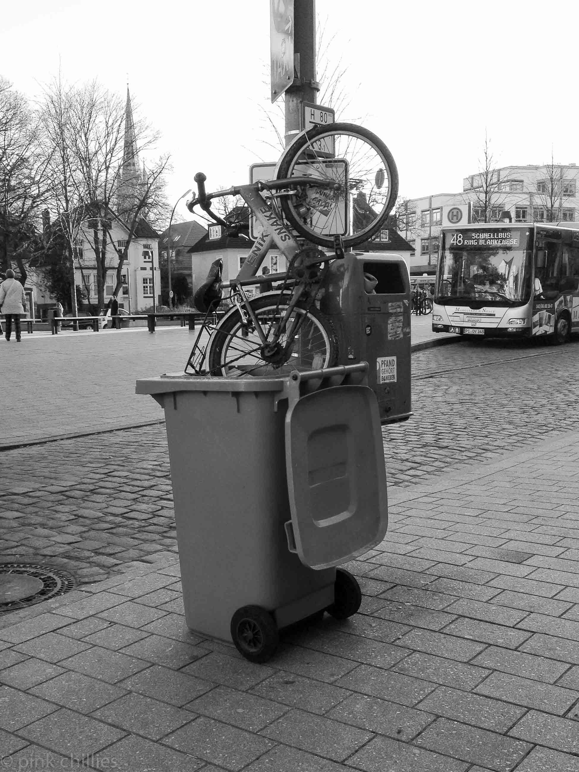 Fahrrad in der Mülltonne