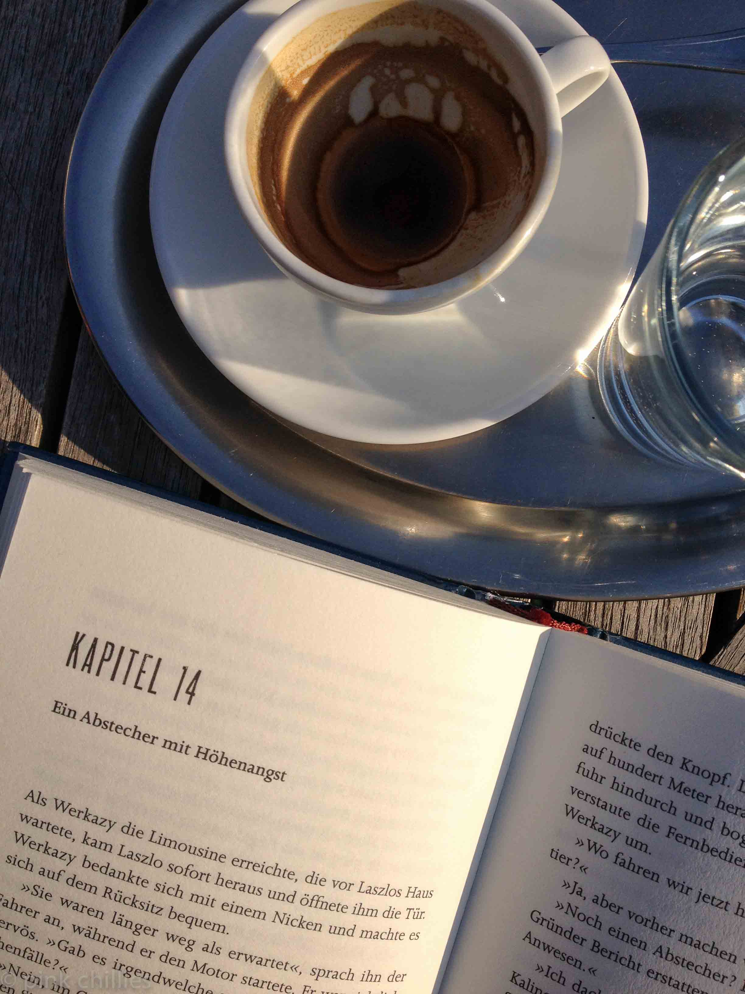 Espresso und Buch