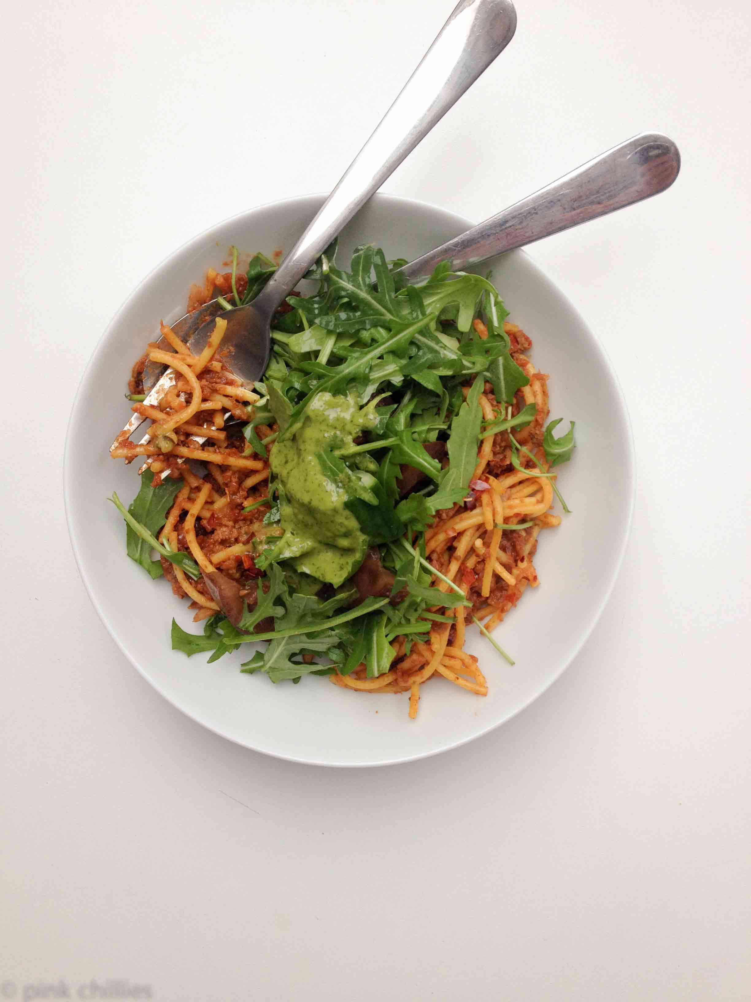 Pasta mit Hacksoße und Salat
