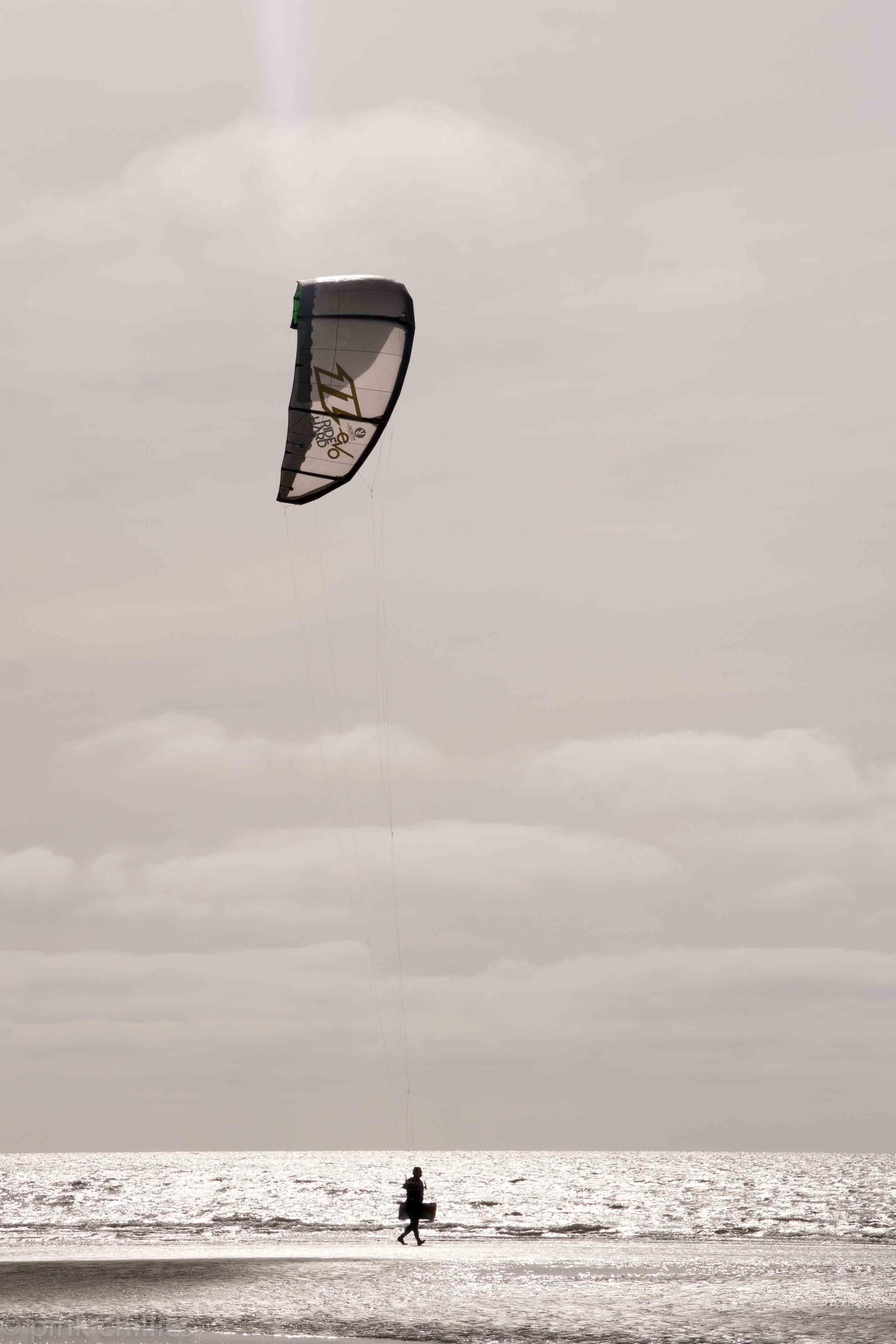 Kitesurfer am Strand