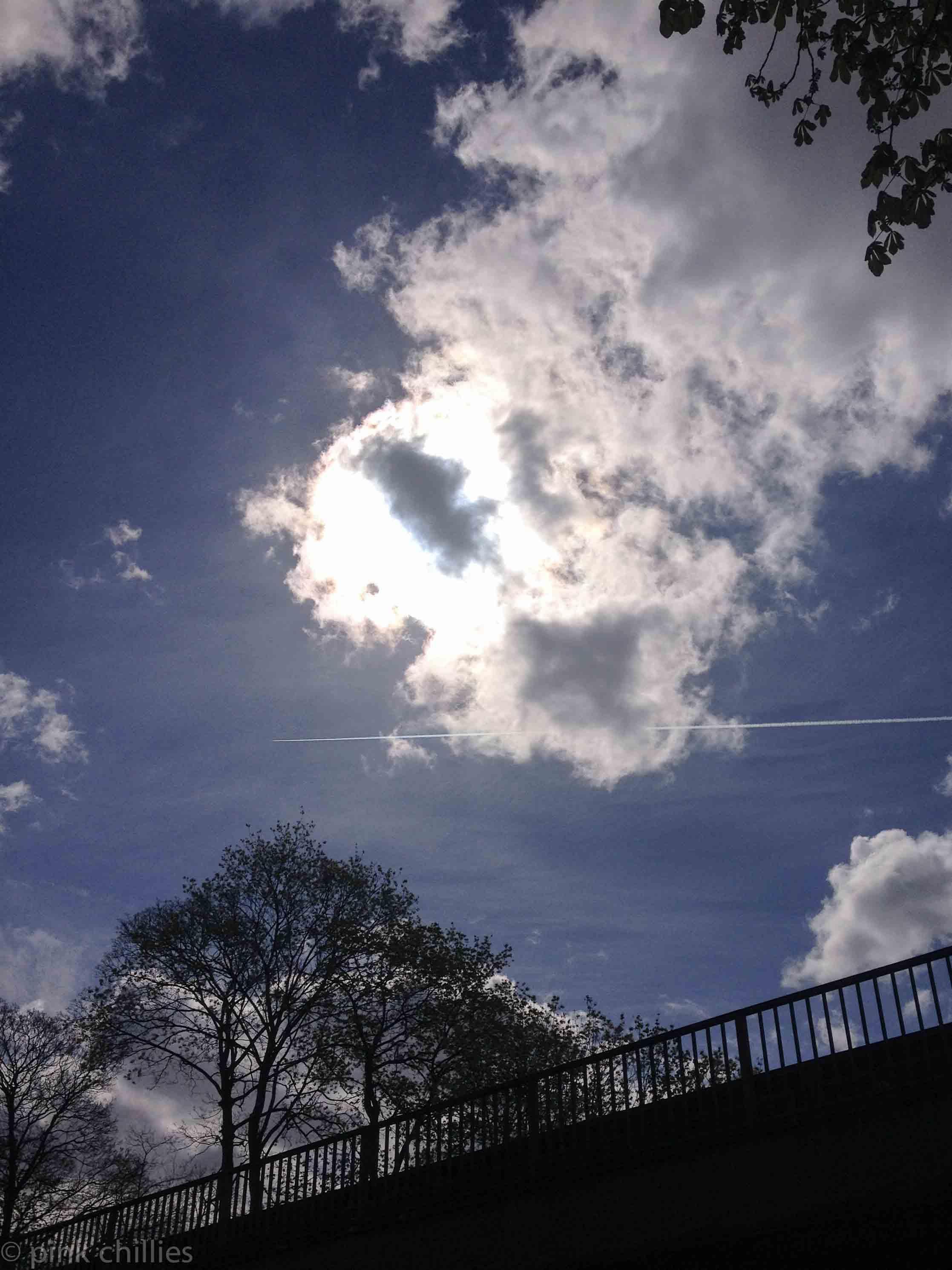 Eisenbahnbrücke Wolken Flugzeug am Himmel