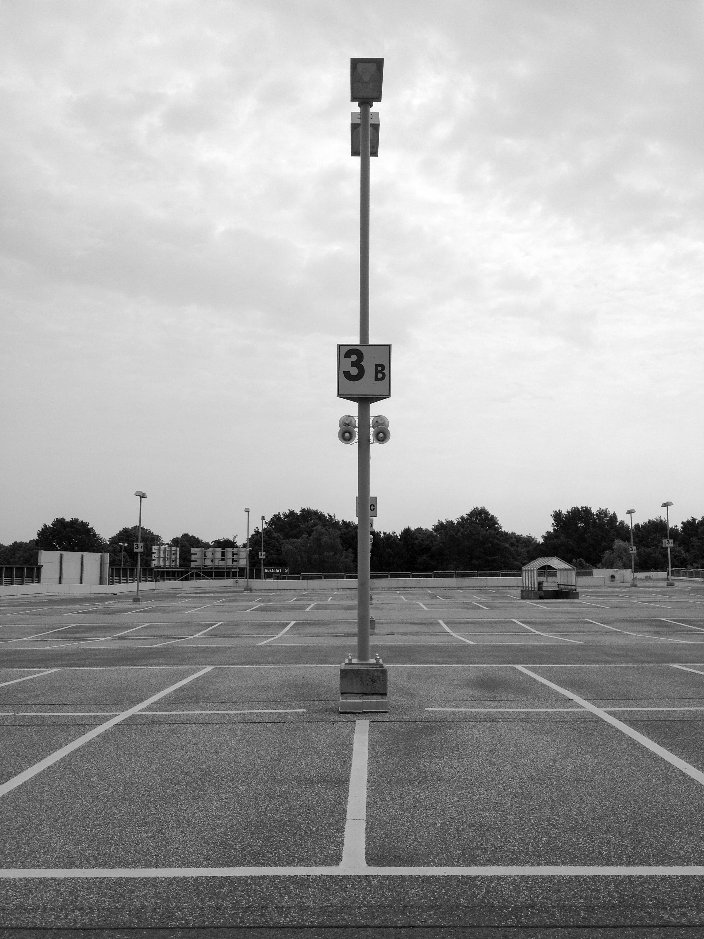 Leerer Parkplatz Elbeeinkaufszentrum-5905