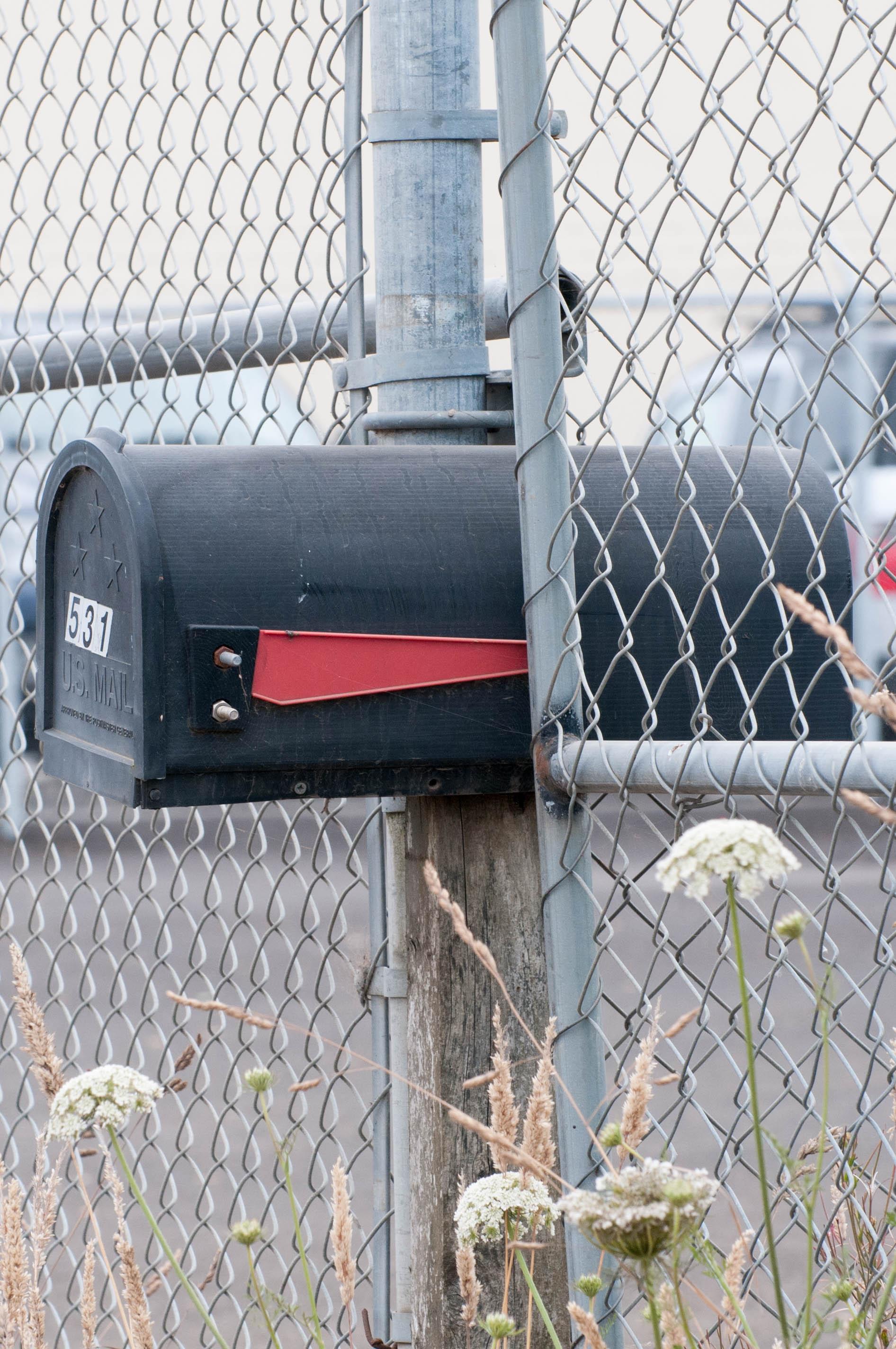 Briefkasten im Zaun