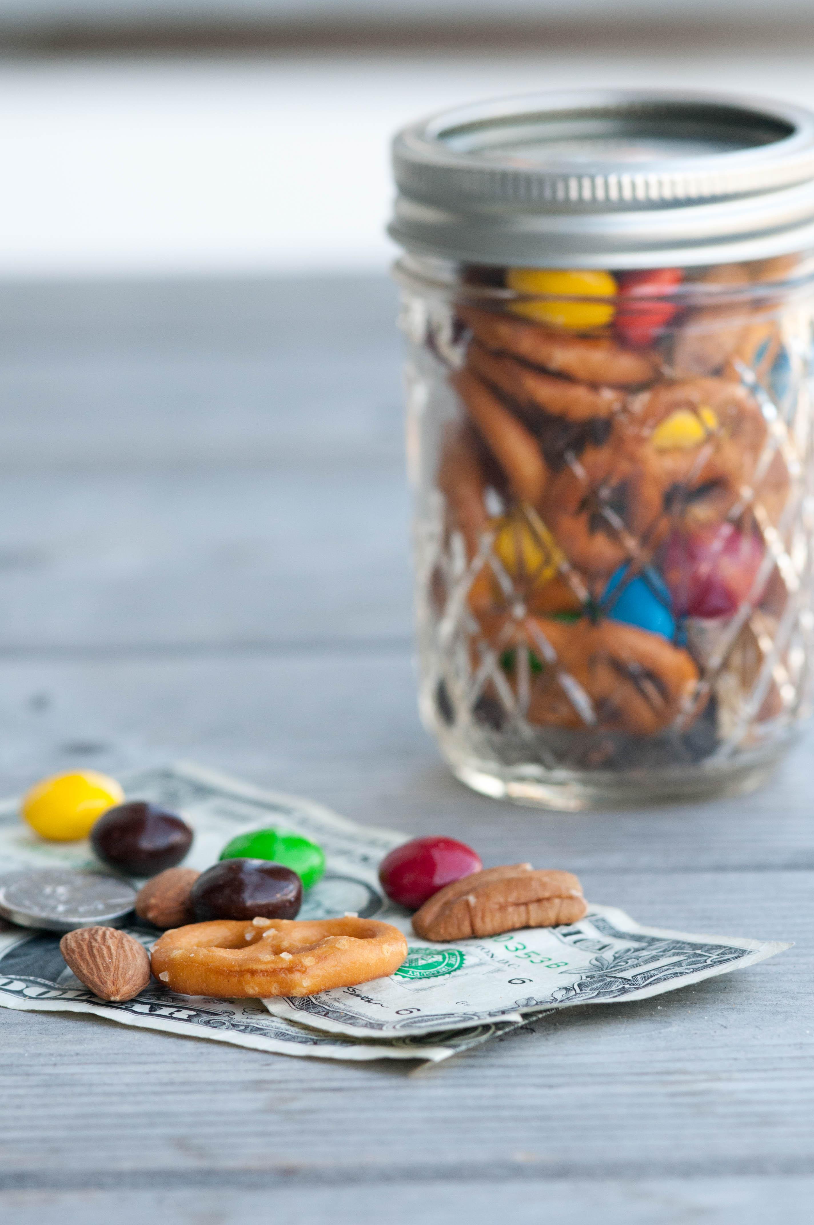 gemischte Nüsse mit Brezeln und Schokolade