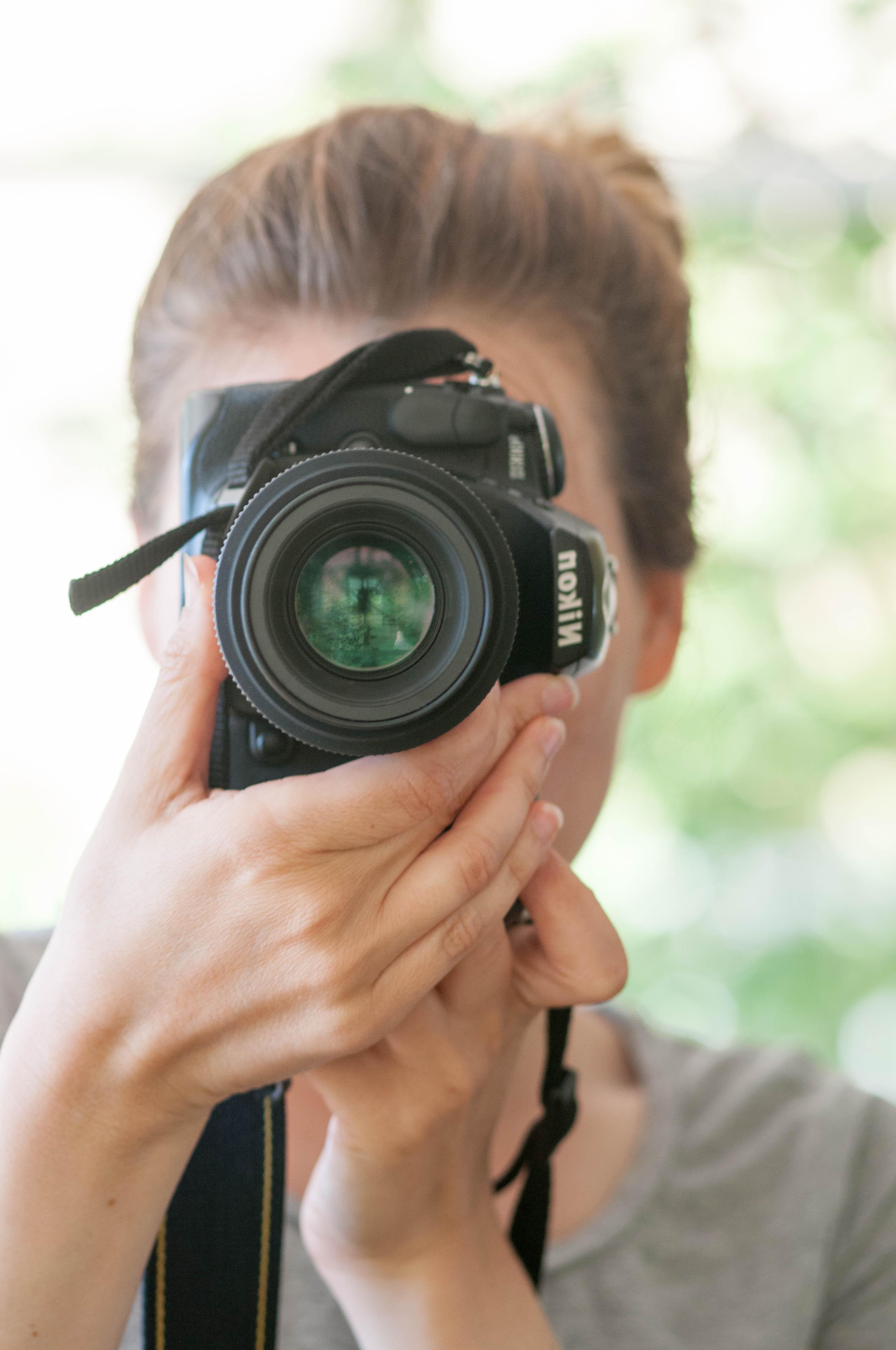 Christine im Spiegel mit Nikon