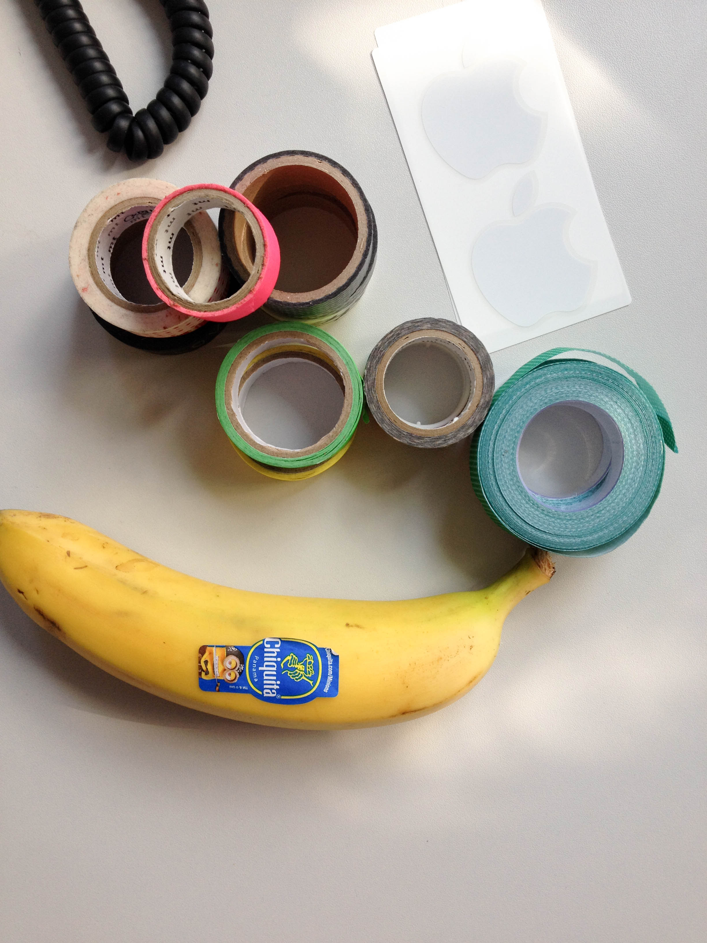 Schreibtisch mit Banane und Washi Tape