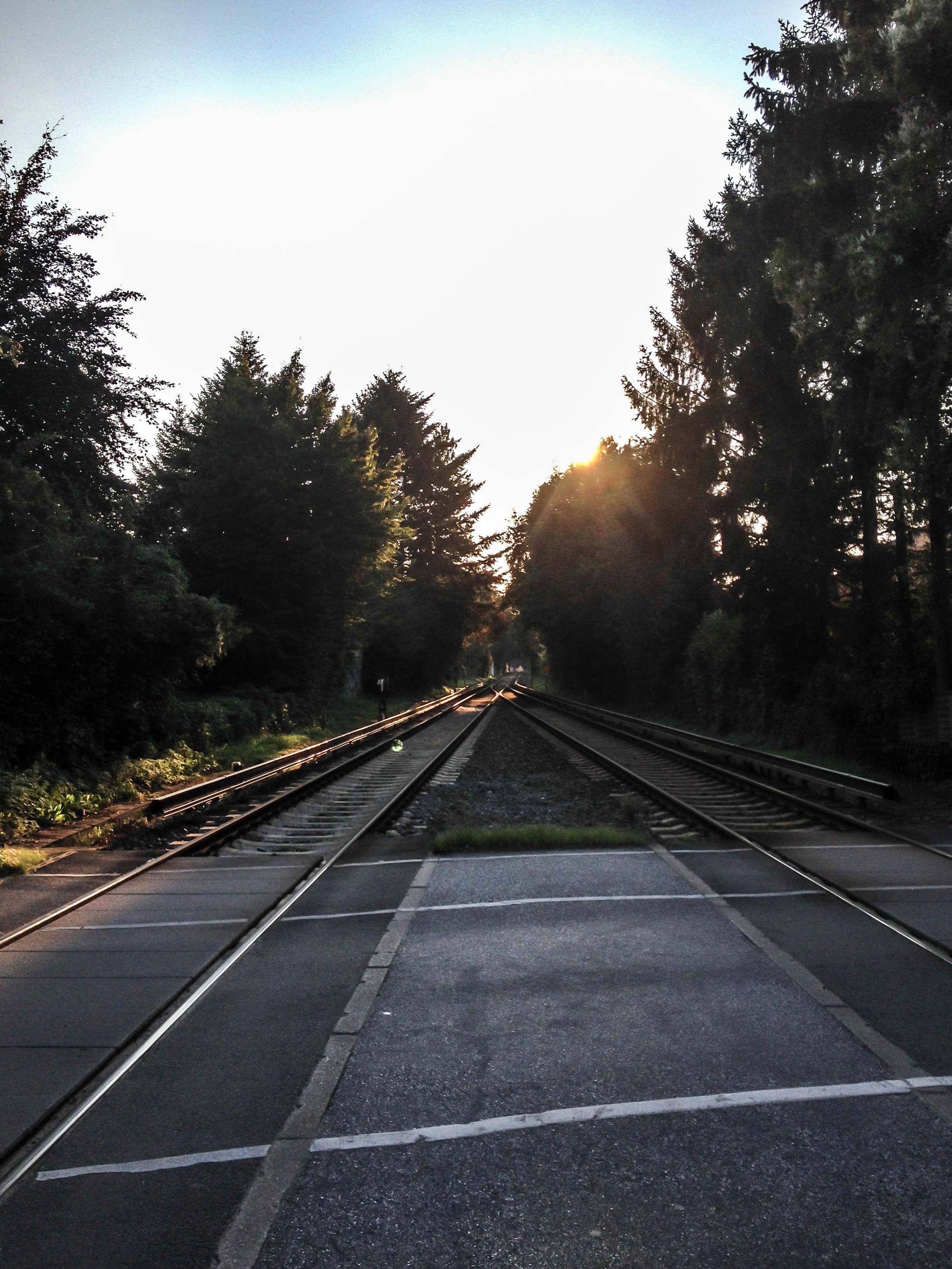 Abendstimmung über Bahngleisen