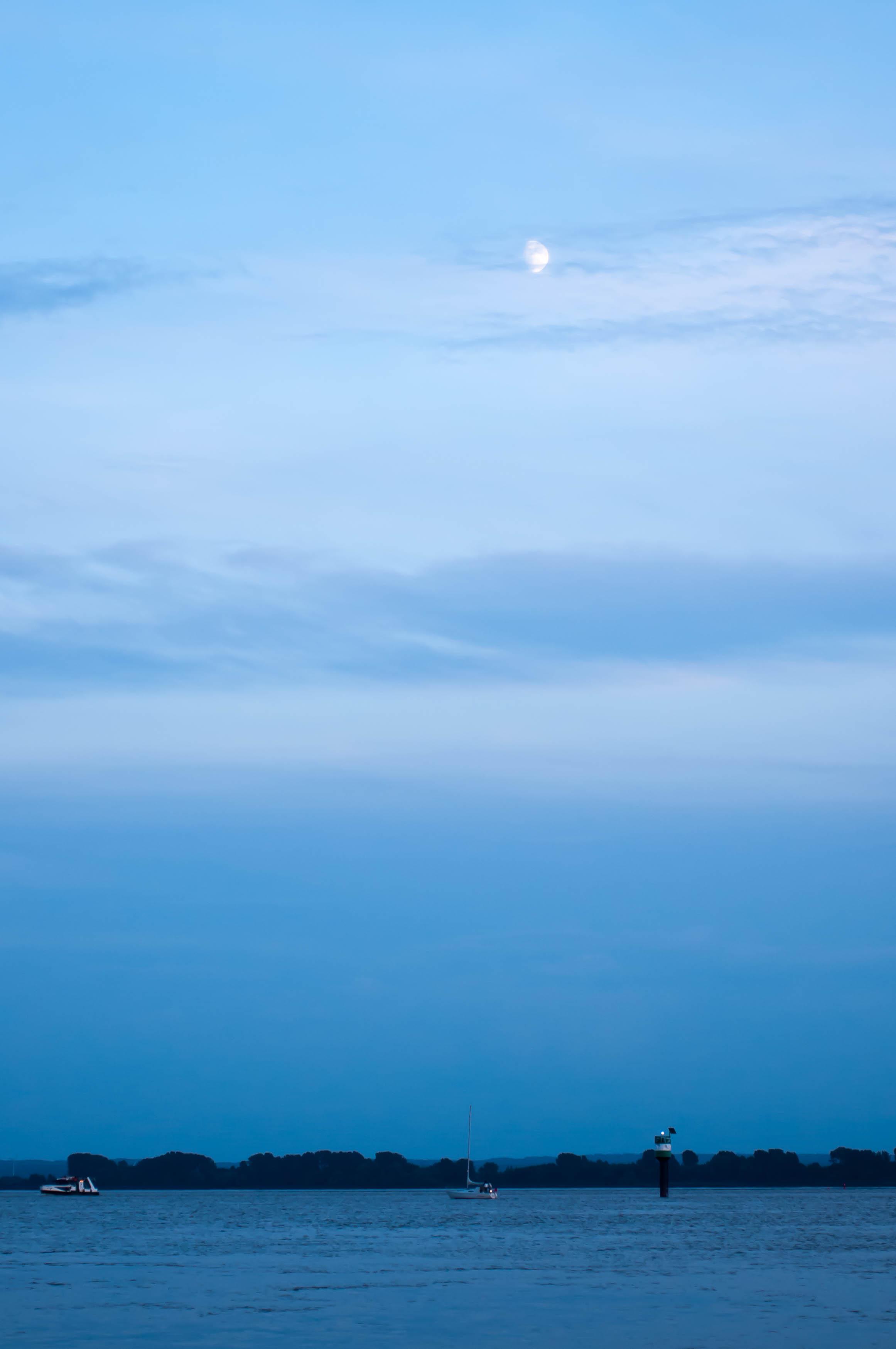 Mond über Elbe