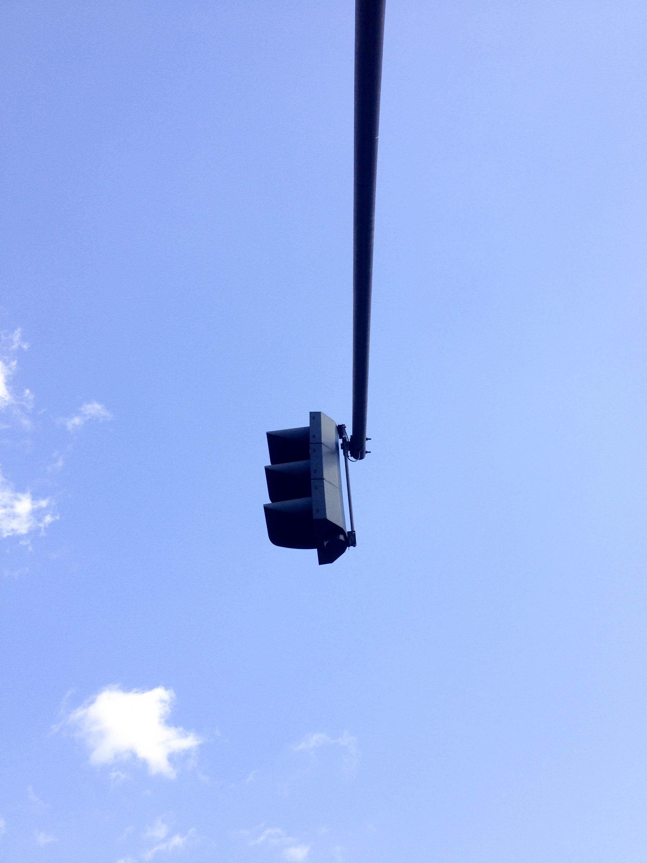 blauer Himmel mit Ampel