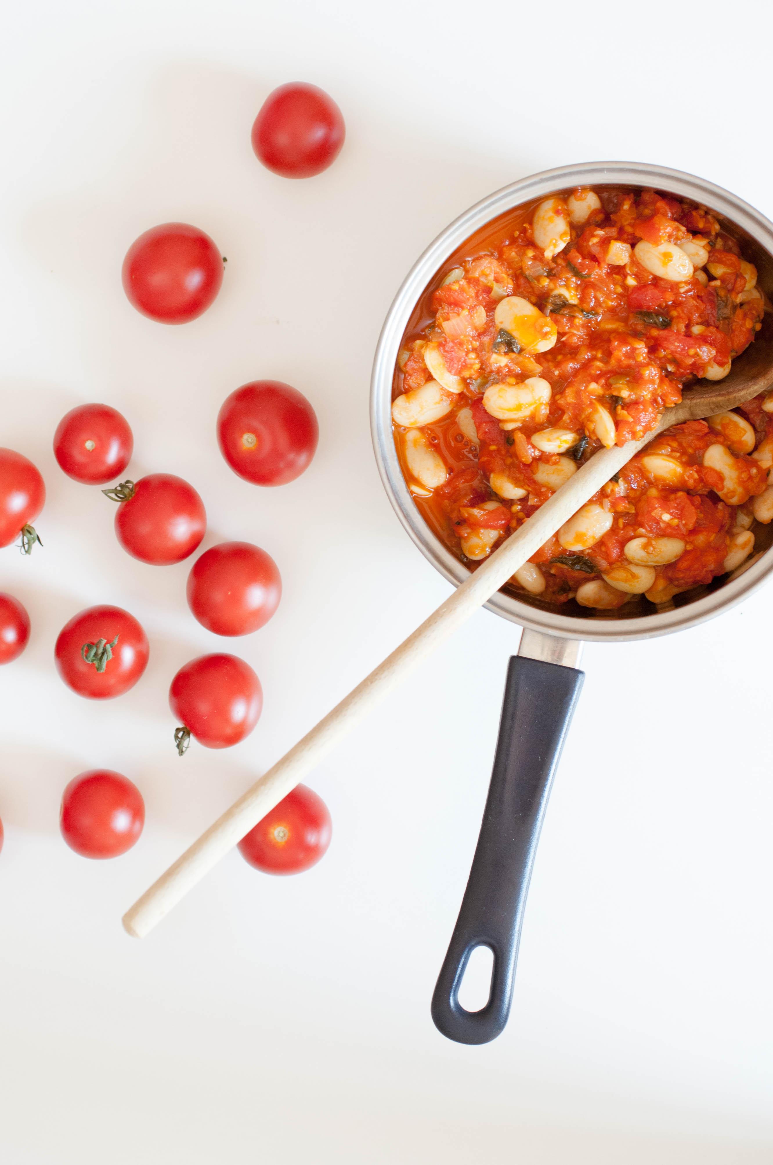 Palbohnen auf Tomaten