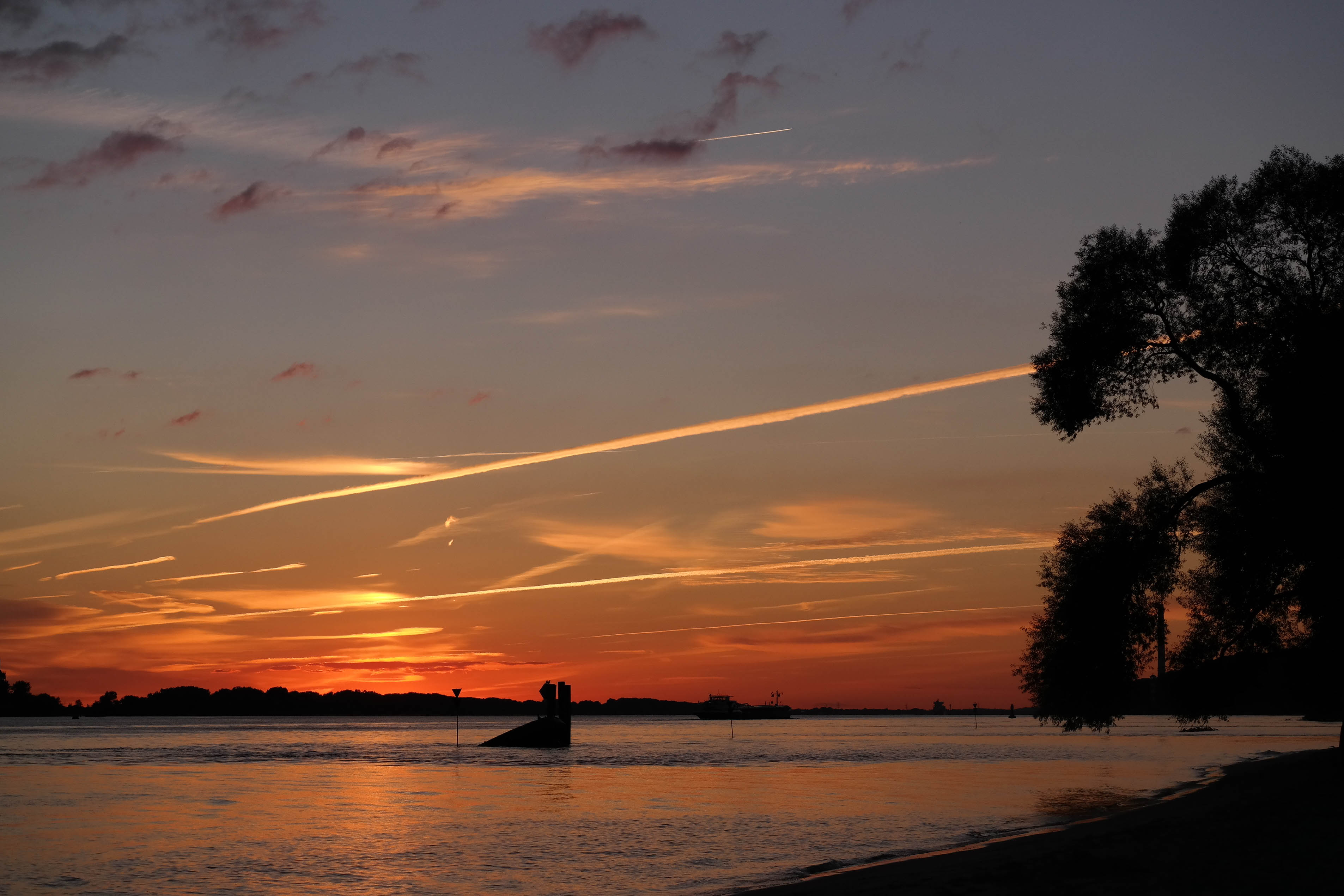 Sonneuntergang an der Elbe in Hamburg