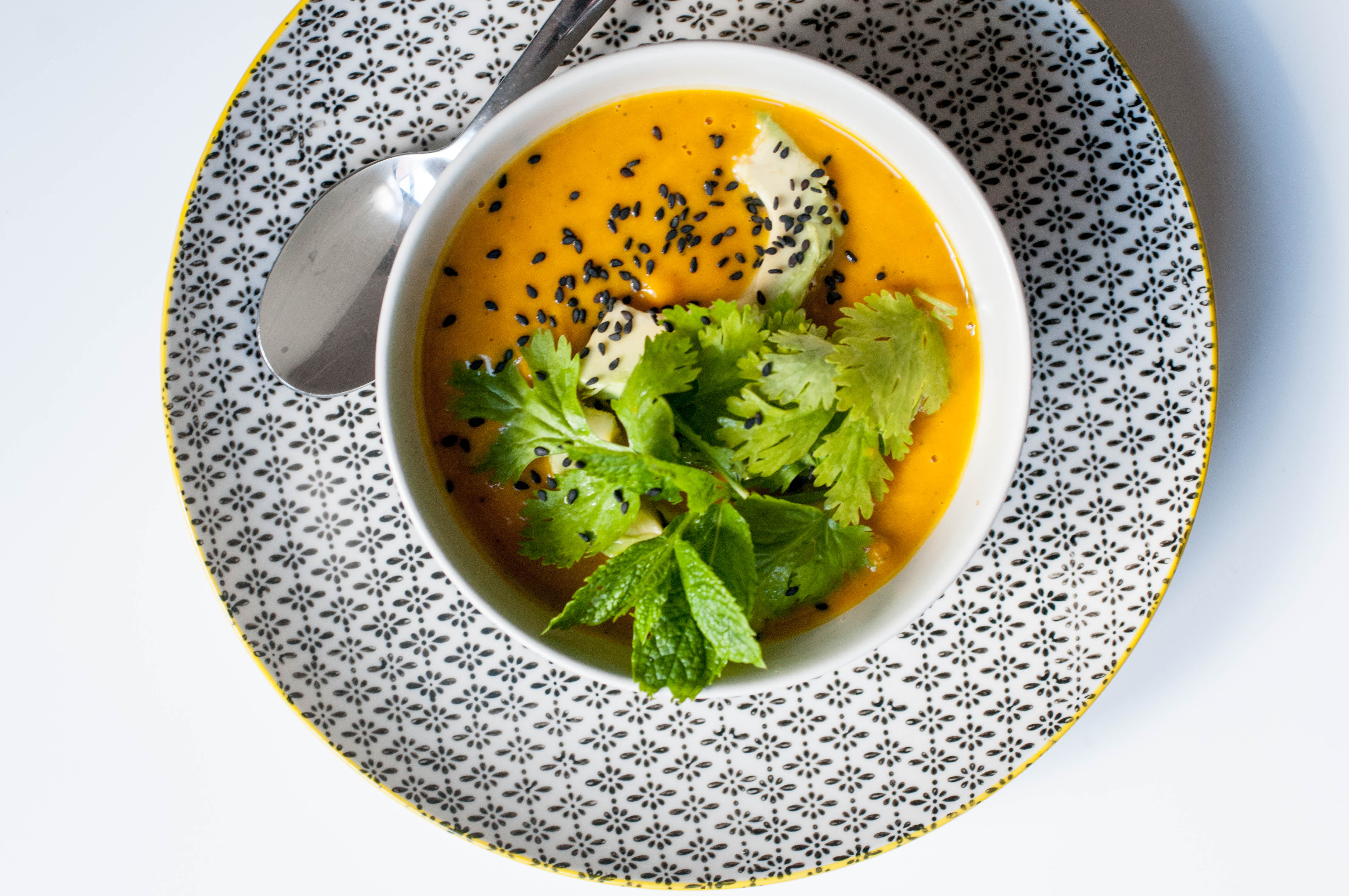 Kürbissuppe mit Avocadostreifen