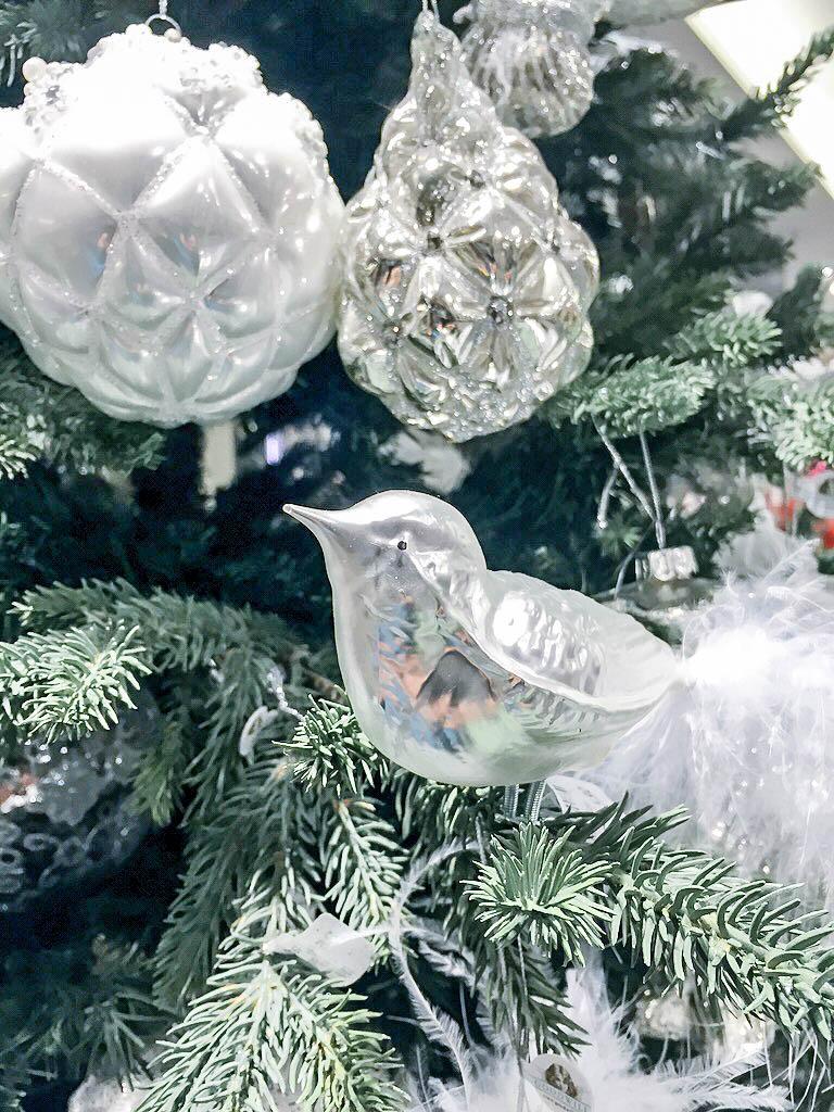 Weihnachtsbaum mit weißem Schmuck