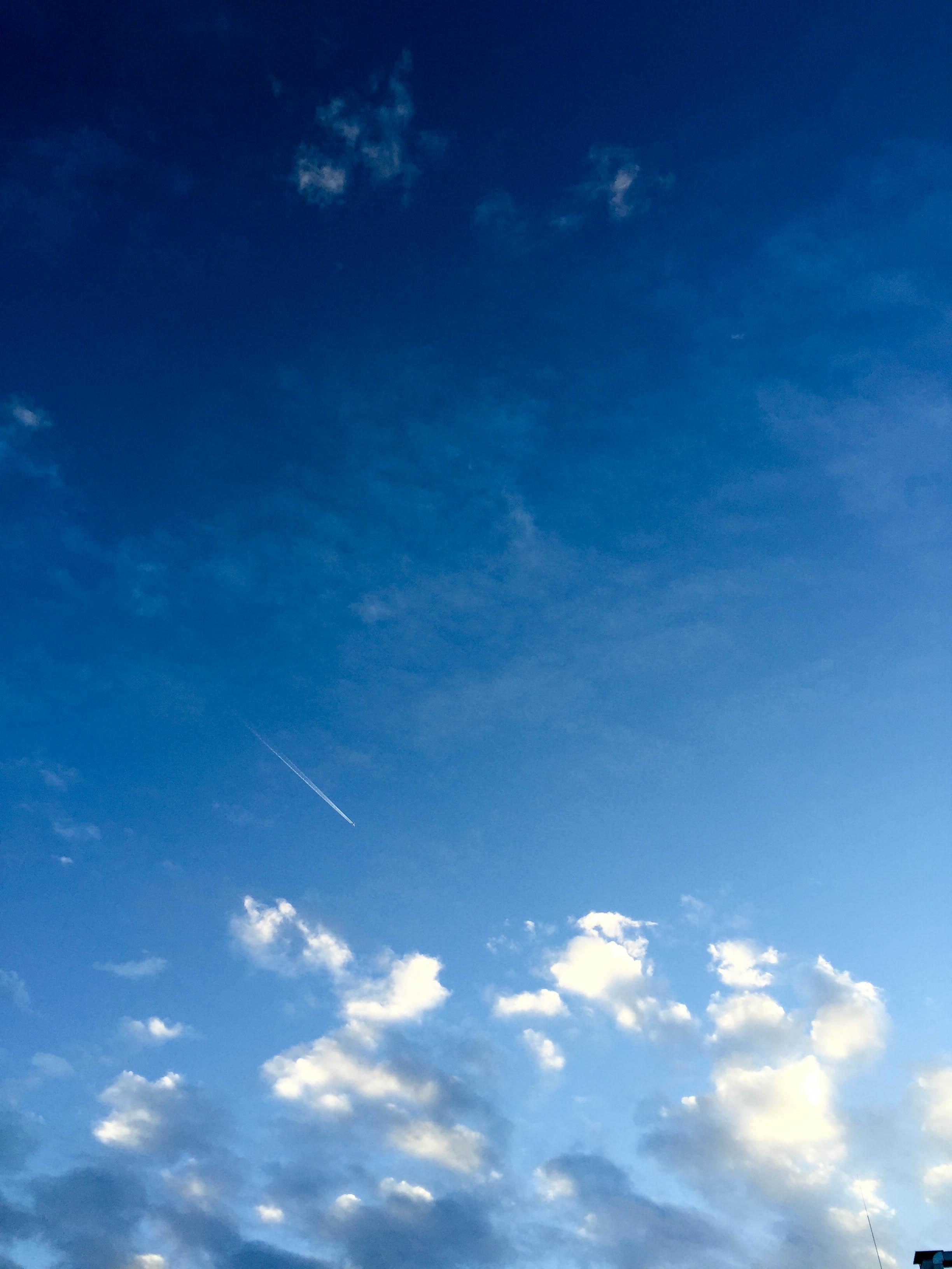 blauer Himmel Flugzeug