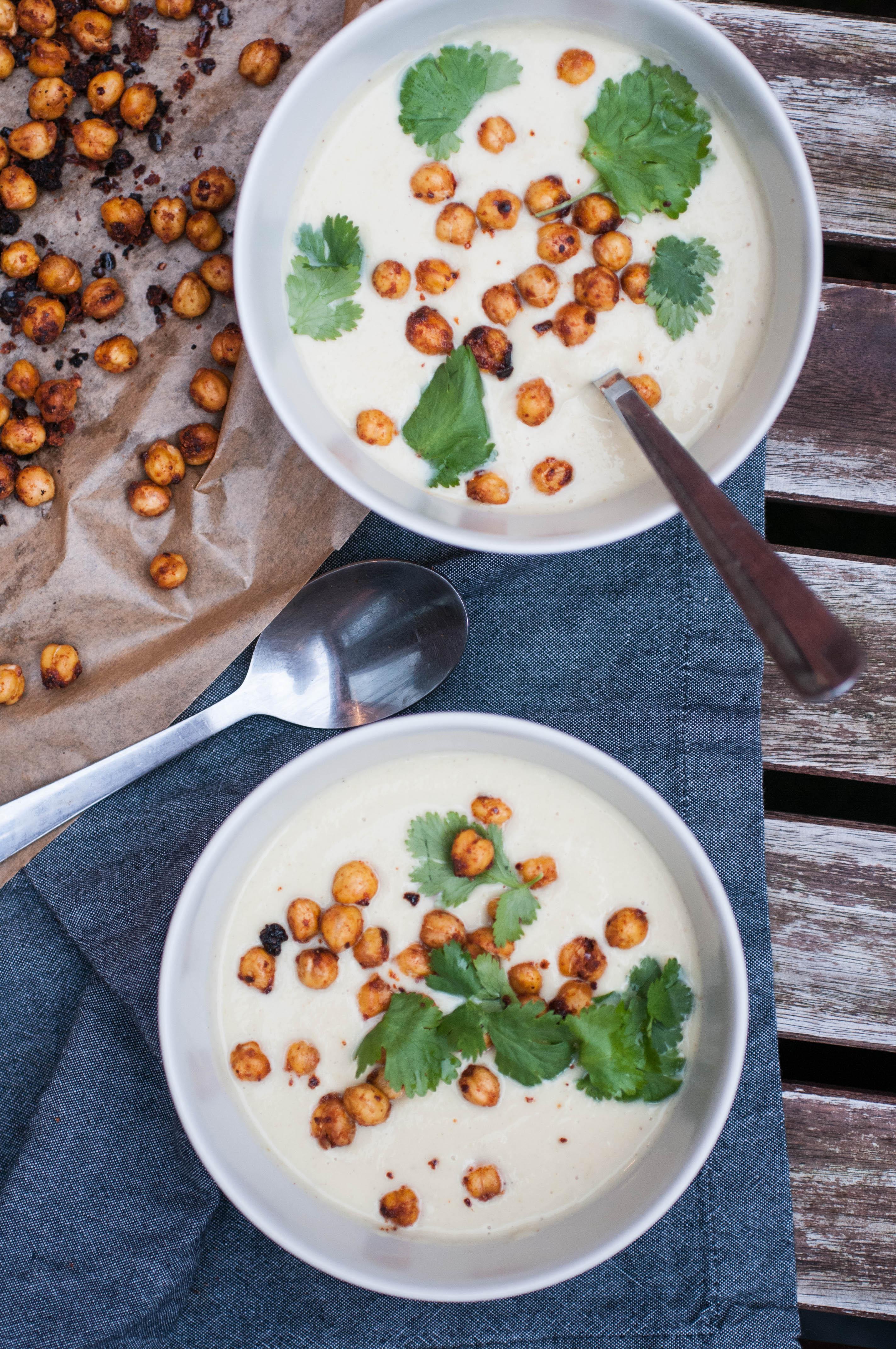 geröstete Kichererbsen auf Blumenkohlsuppe