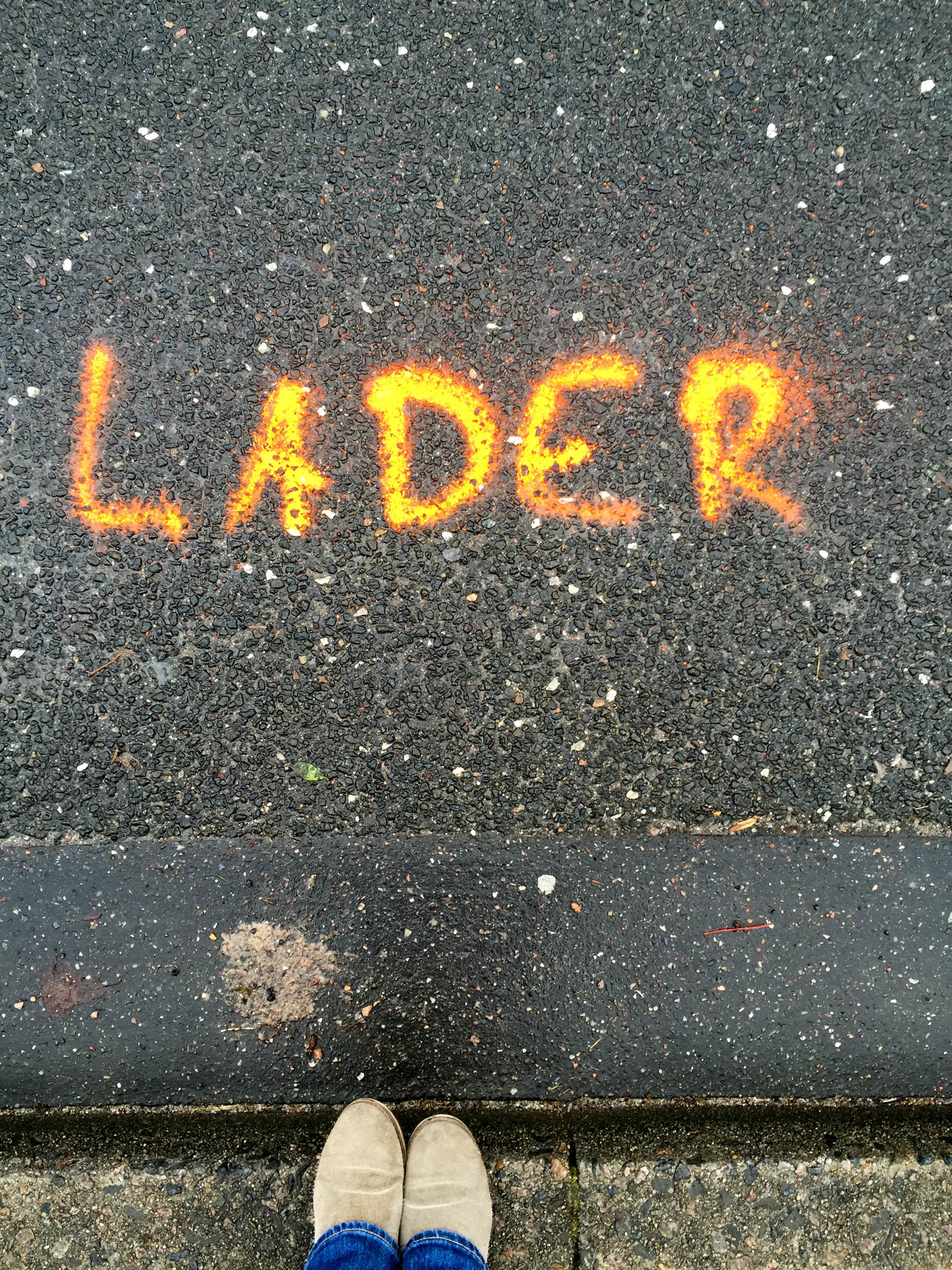 Lader Schriftzug auf Straße