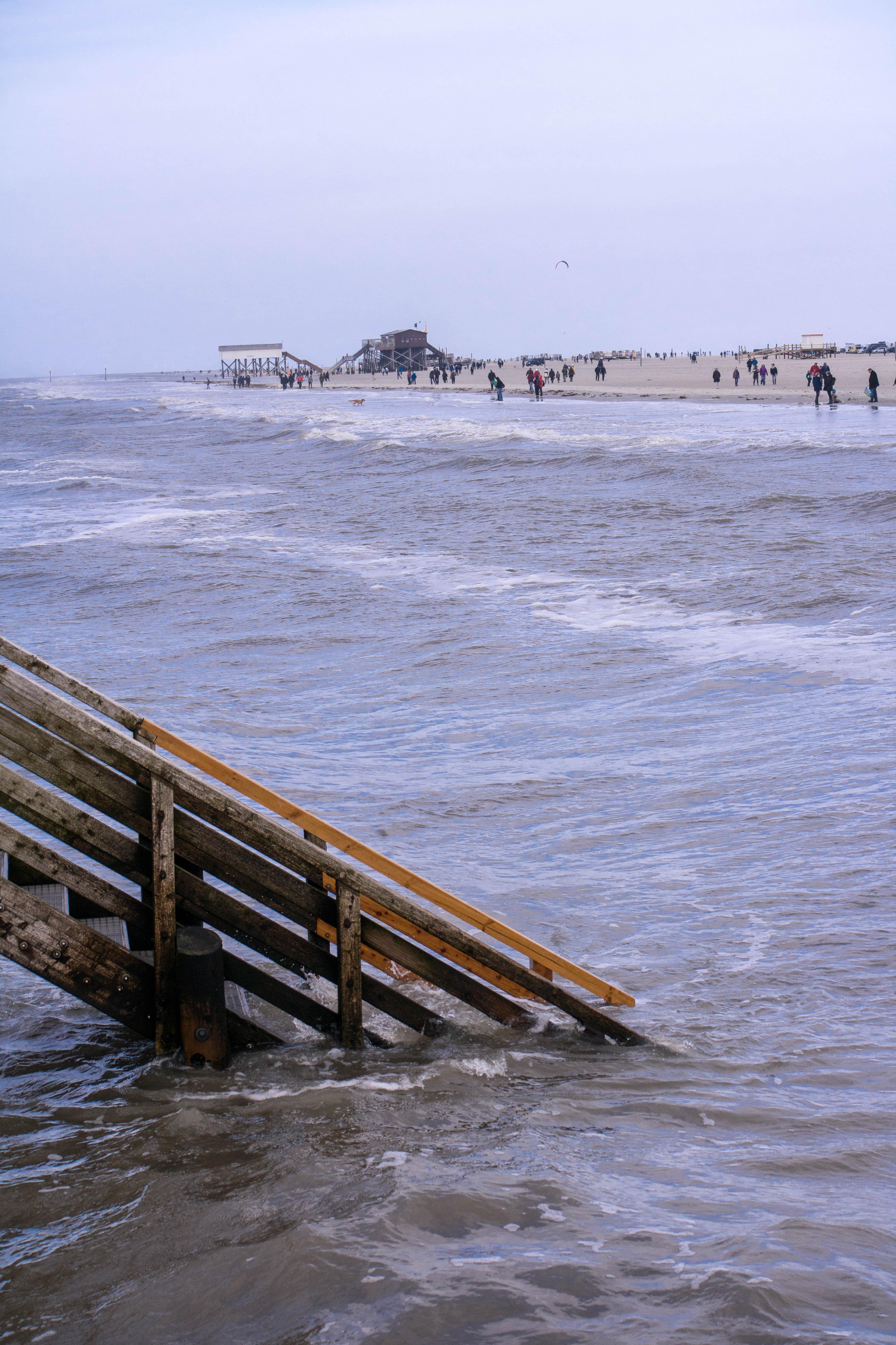 Strandbar Treppe unter Wasser