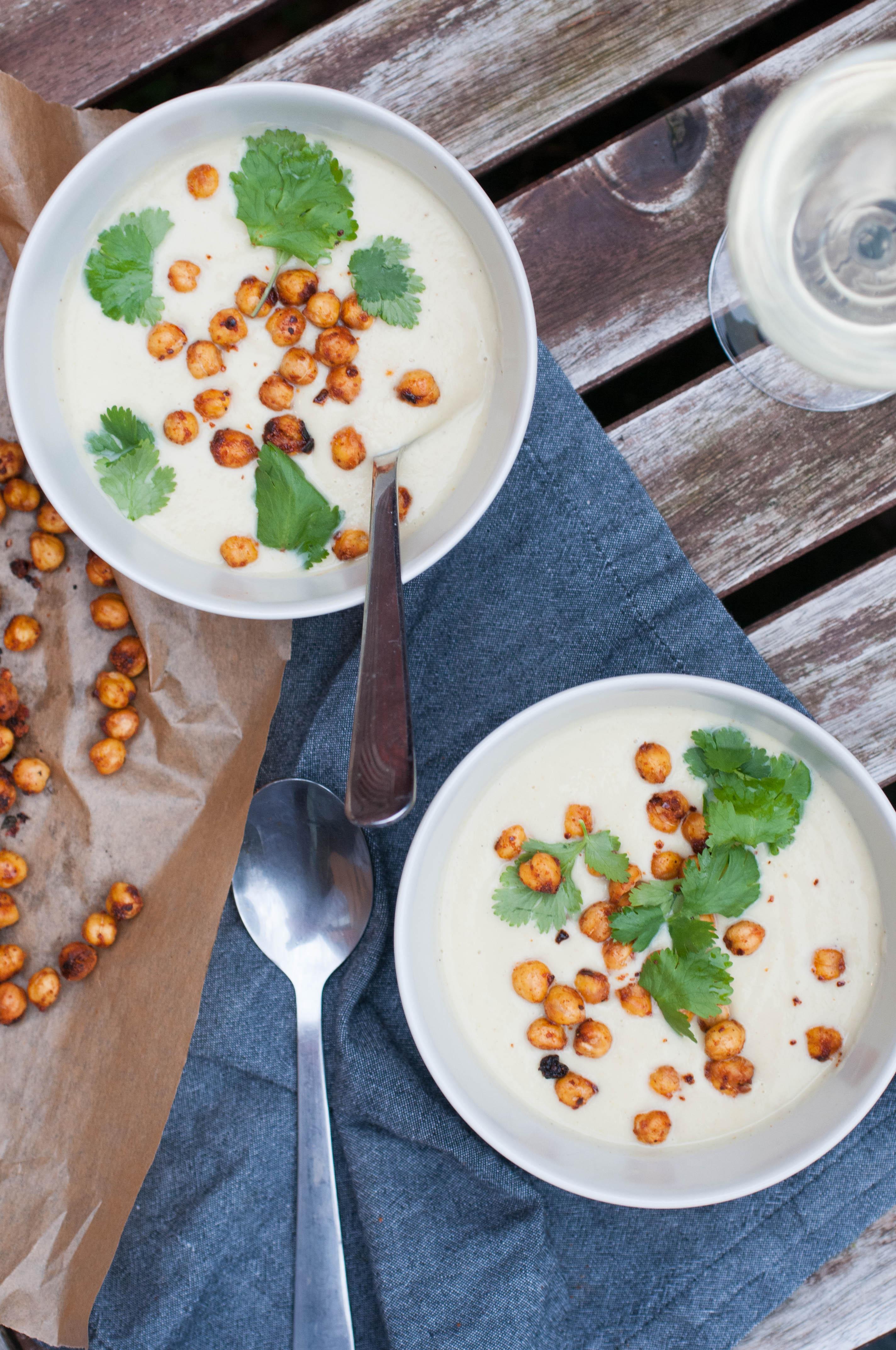 Blumenkohlsuppe mit geröstete Kichererbsen