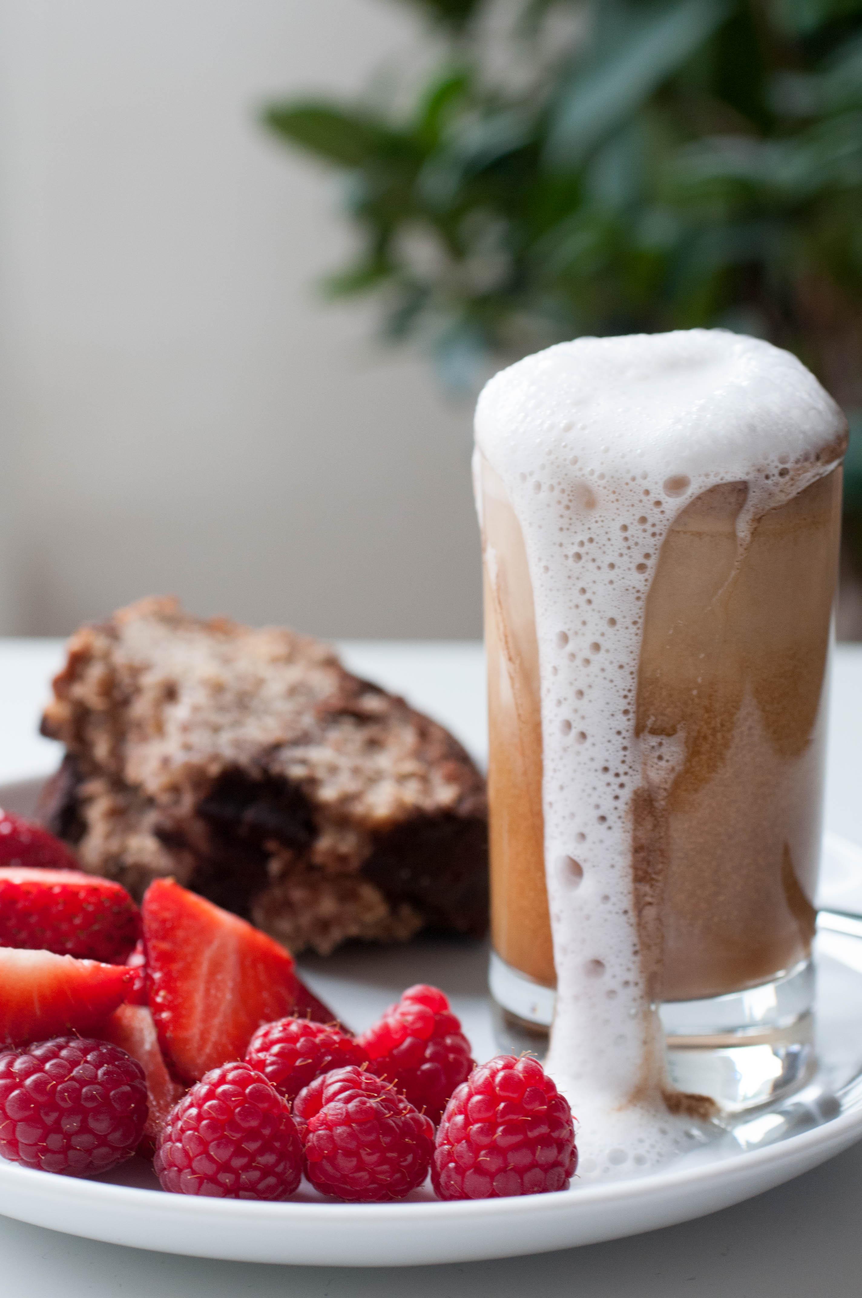 Espresso mit roten Früchten und Kuchen