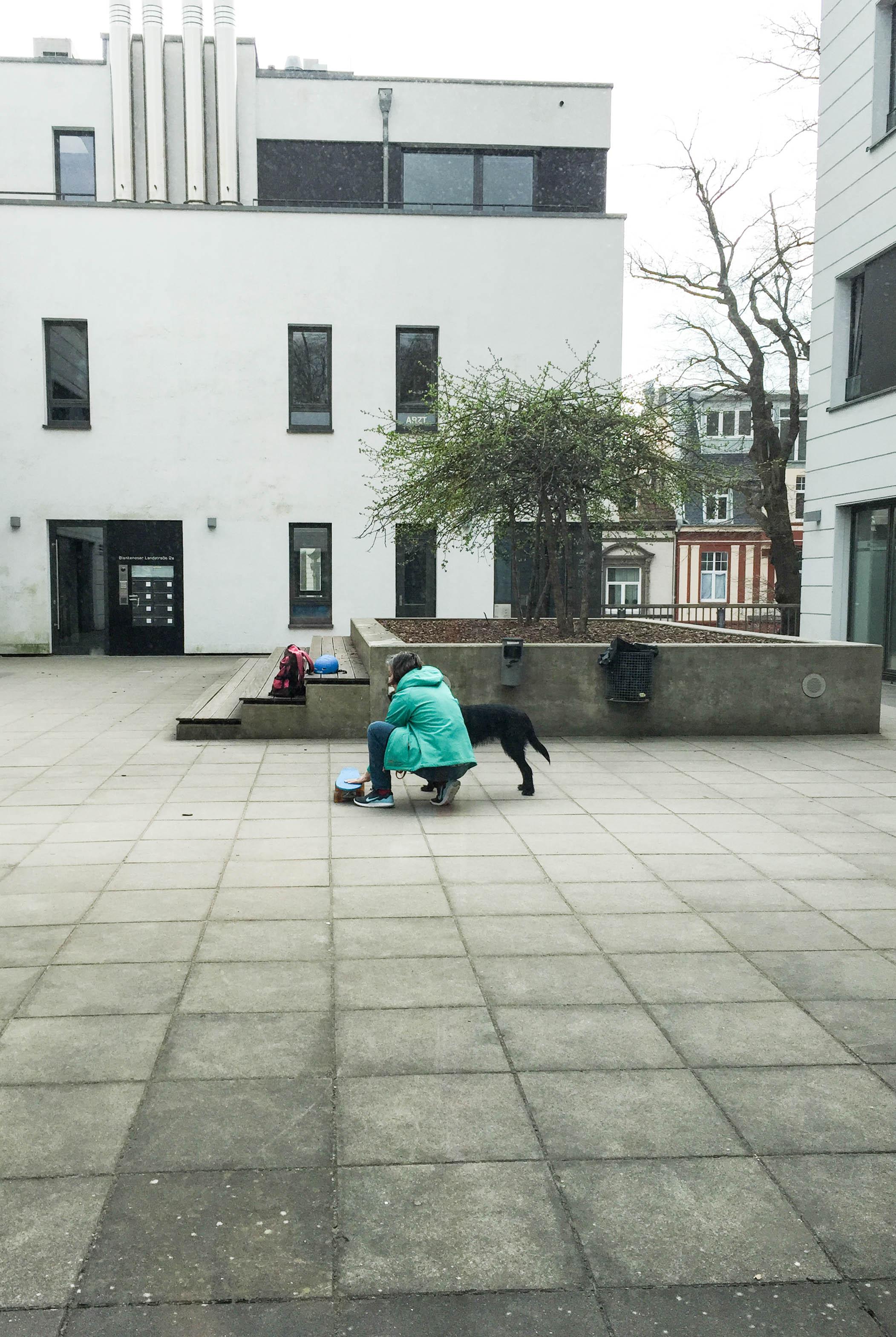 Frau mit Hund und Skateboard-