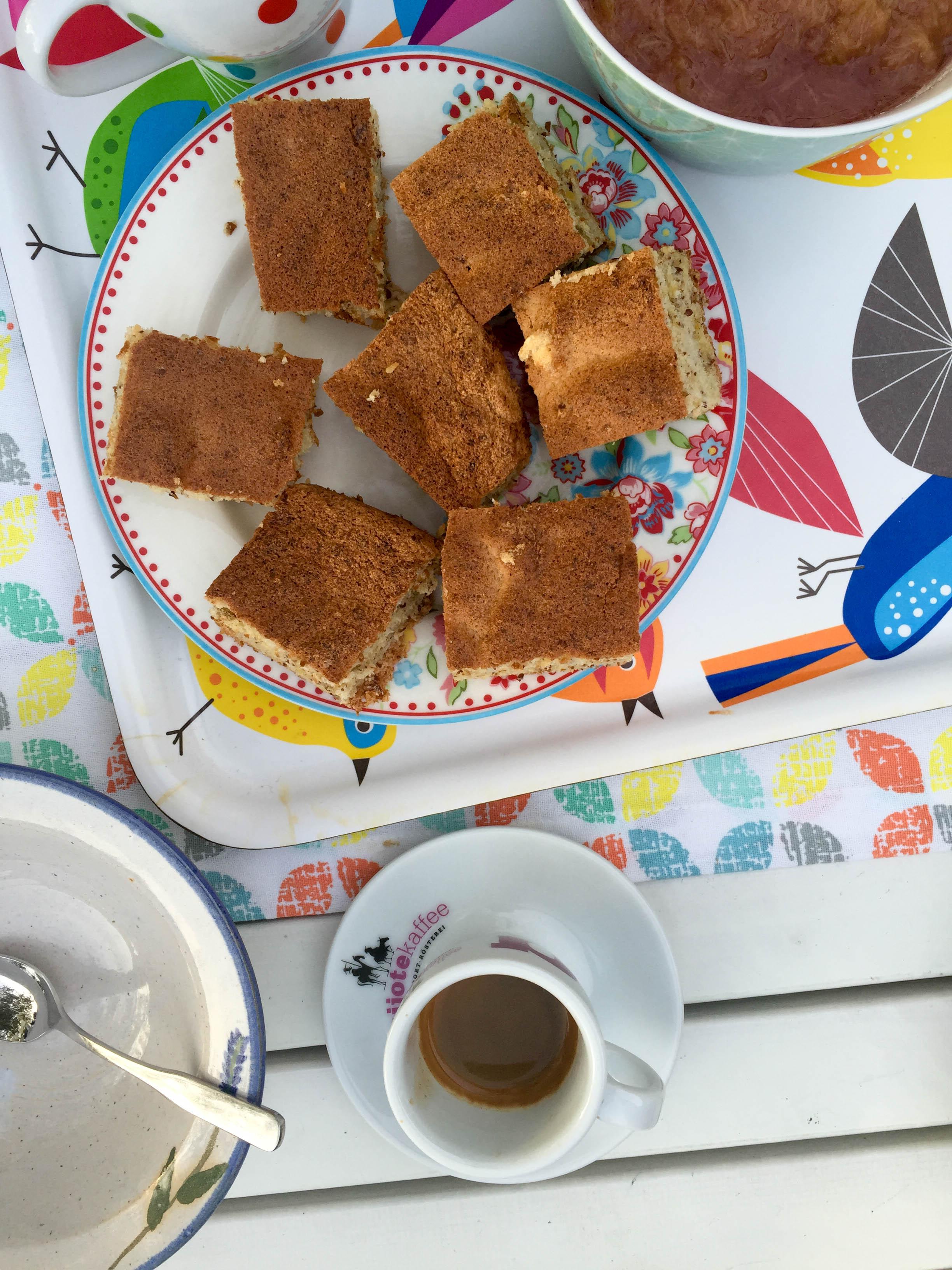 Und zum Nachtisch gab es Mandelkuchen mit Rhabarberkompott. Dazu wurde ein Espresso aus Joshua Tree, Kalifornien serviert.
