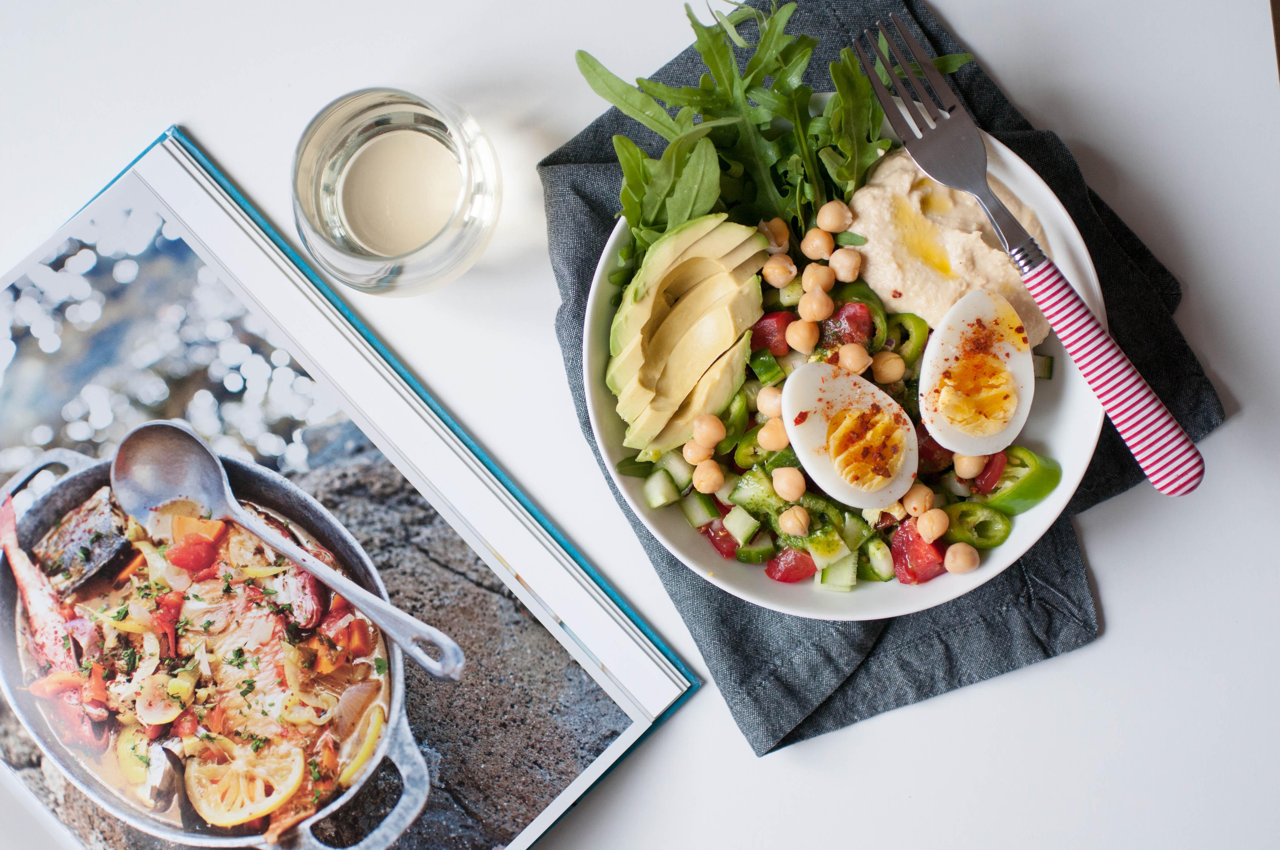 Salat mit Humus und Avocado
