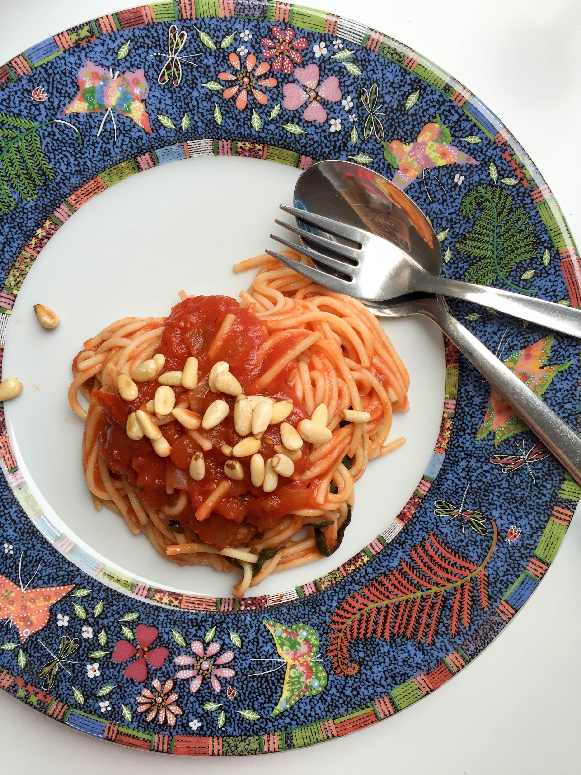 Pasta mit Tomatensoße und Pinienkernen