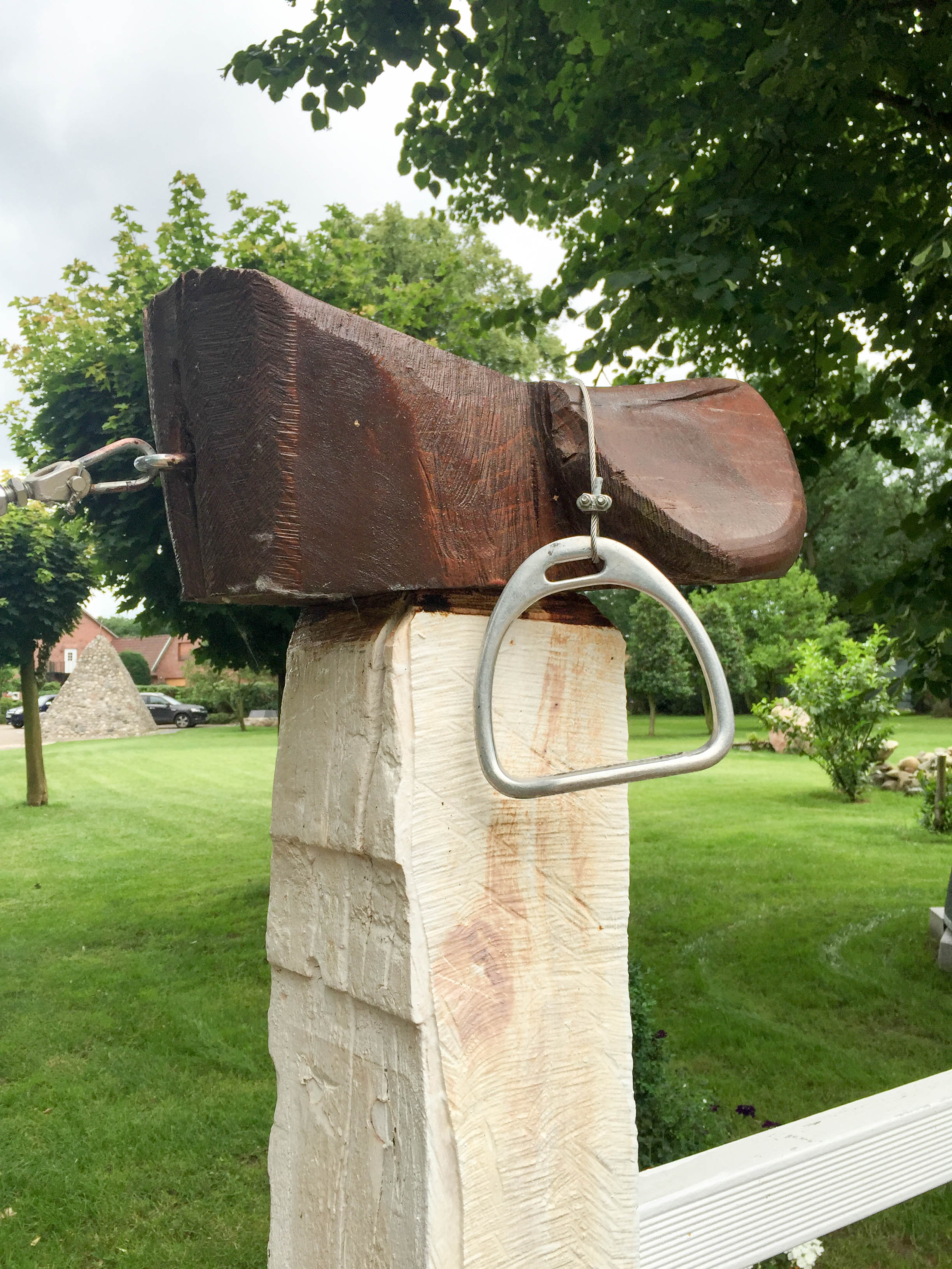 Torpfosten Sattel und Steigbügel