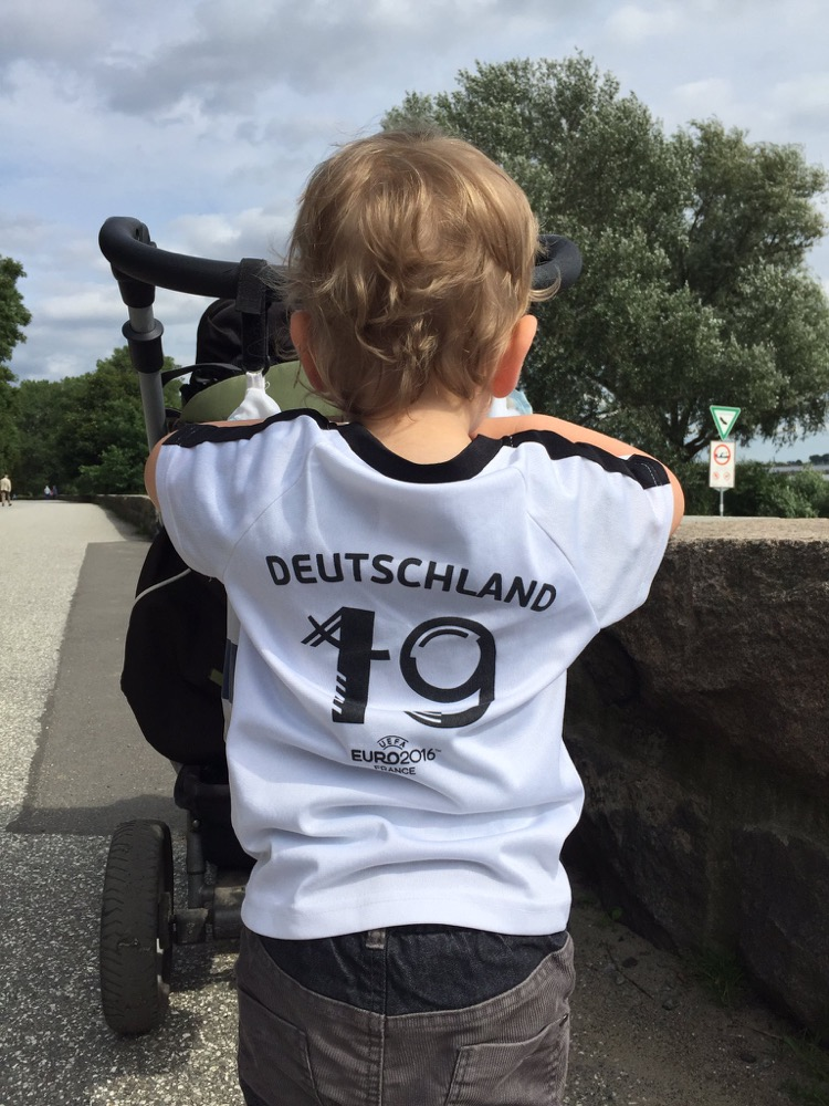 Kind im Deutschland Trikot