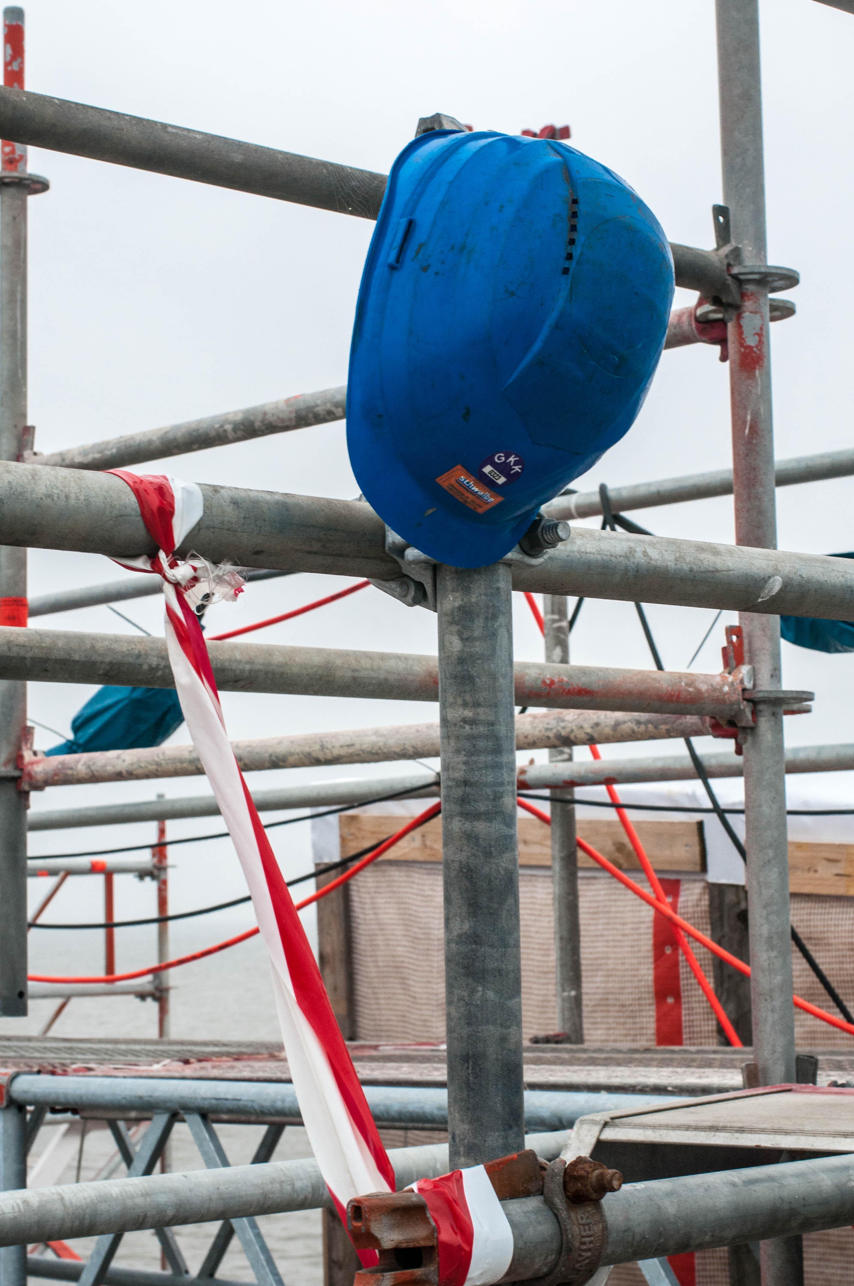 Blauer Bauarbeiterhelm