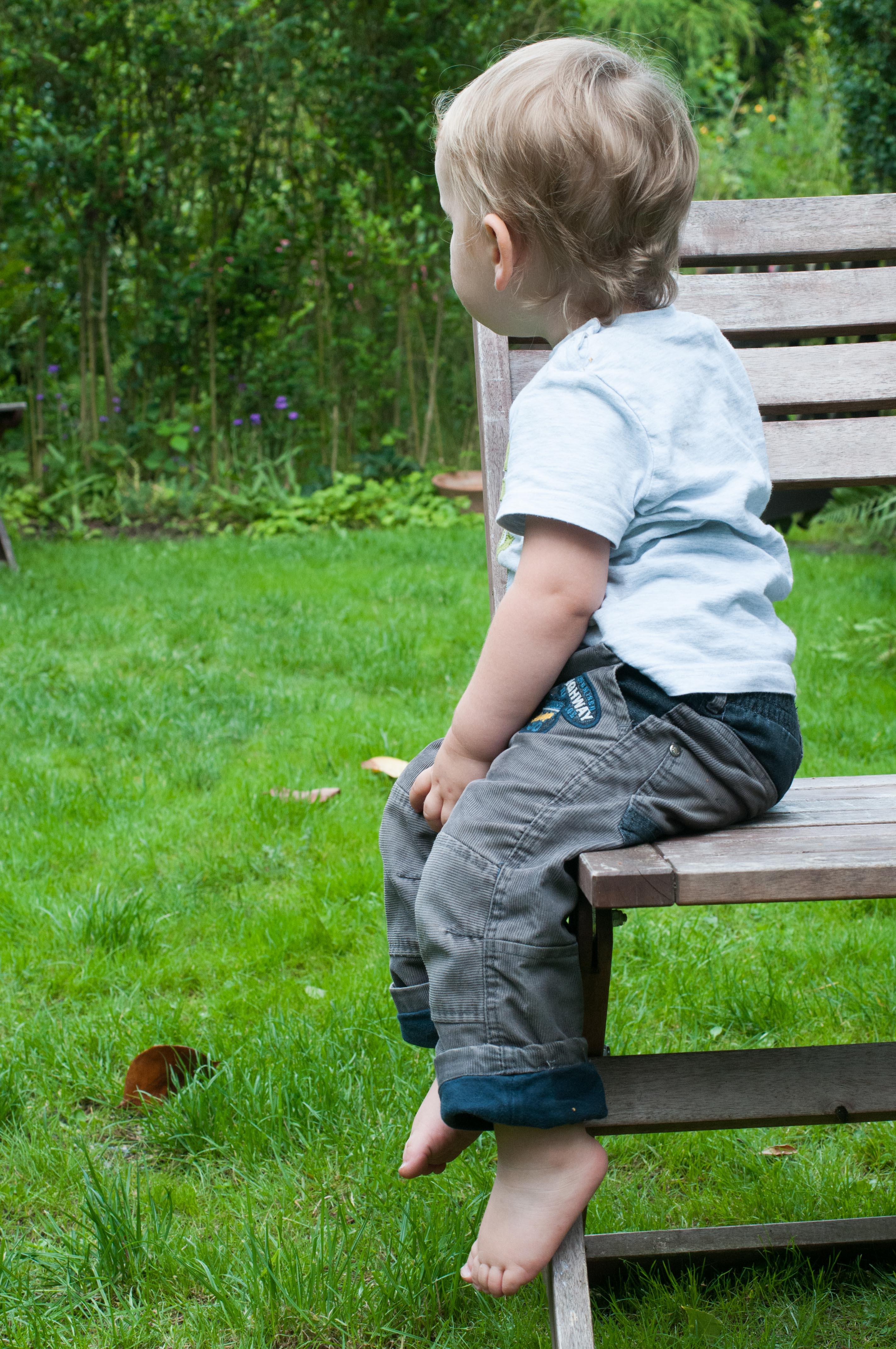 Kind Beine Baumeln