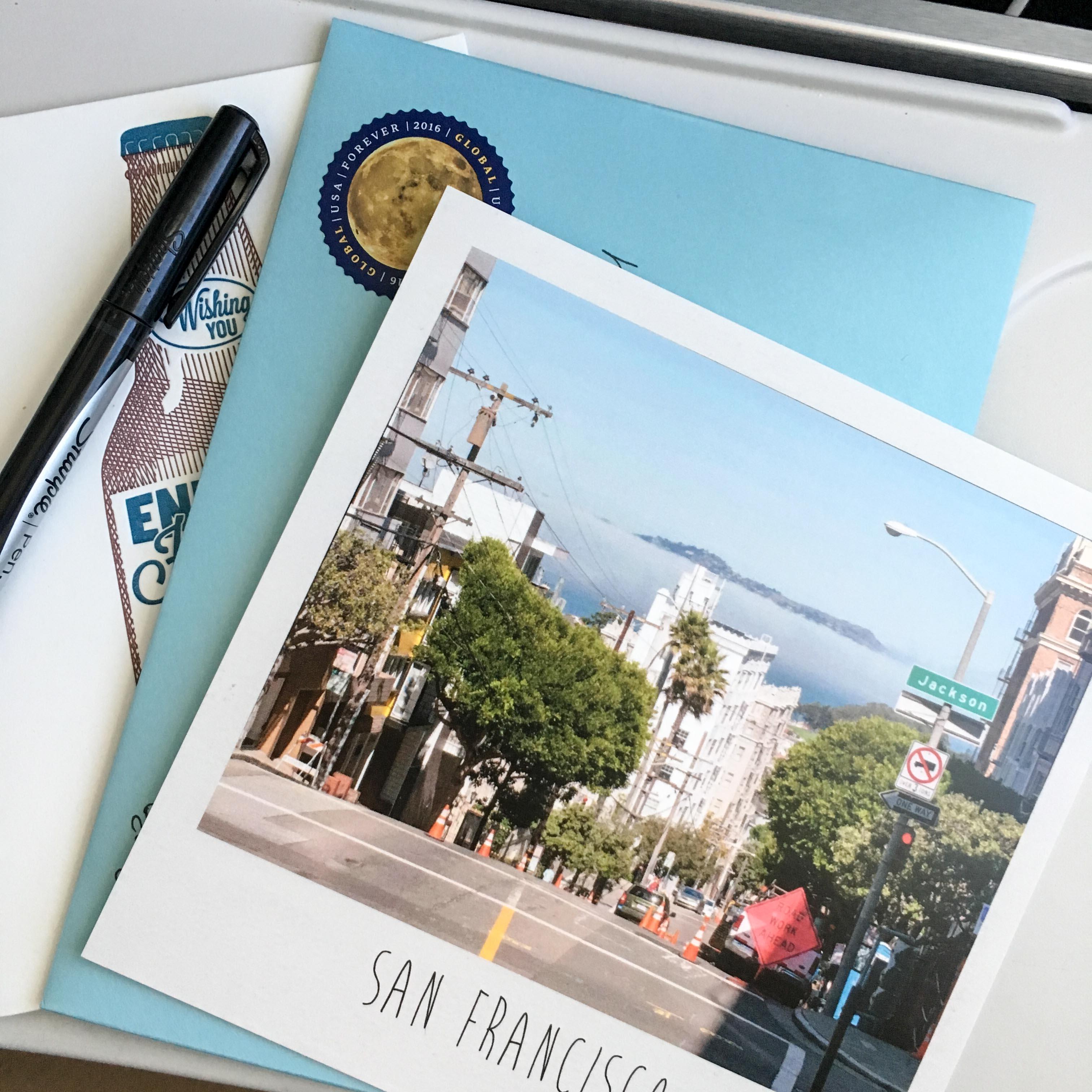 Ich habe den Flug von Portland nach San Francisco genutzt, um einige Karten zu schreiben. Vermutlich werden diese niemals bei den Empfängern ankommen, da sie Dank des Postbeamten in Oregon unterfrankiert sind. Grummel!