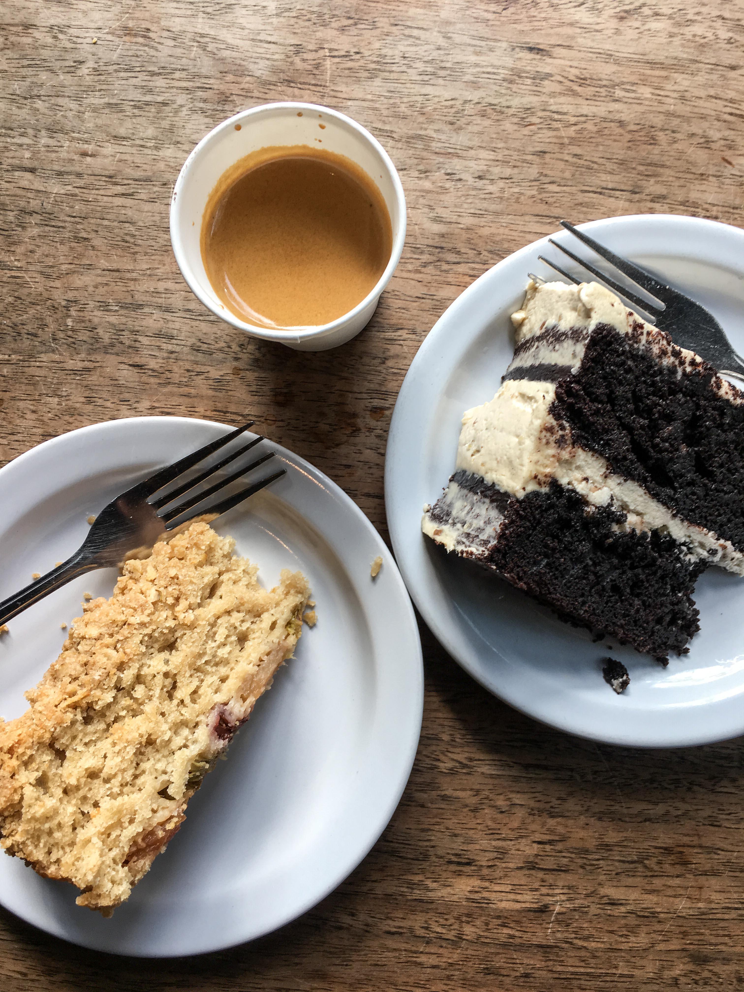 """warum der rechte Kuchen im Bild """"German Chocolate Cake"""" heißt, ist mir immer noch ein Rätsel. Und nein, damit ist nicht Schwarzwälder Kirsch gemeint. Die gibt es hier nämlich auch."""