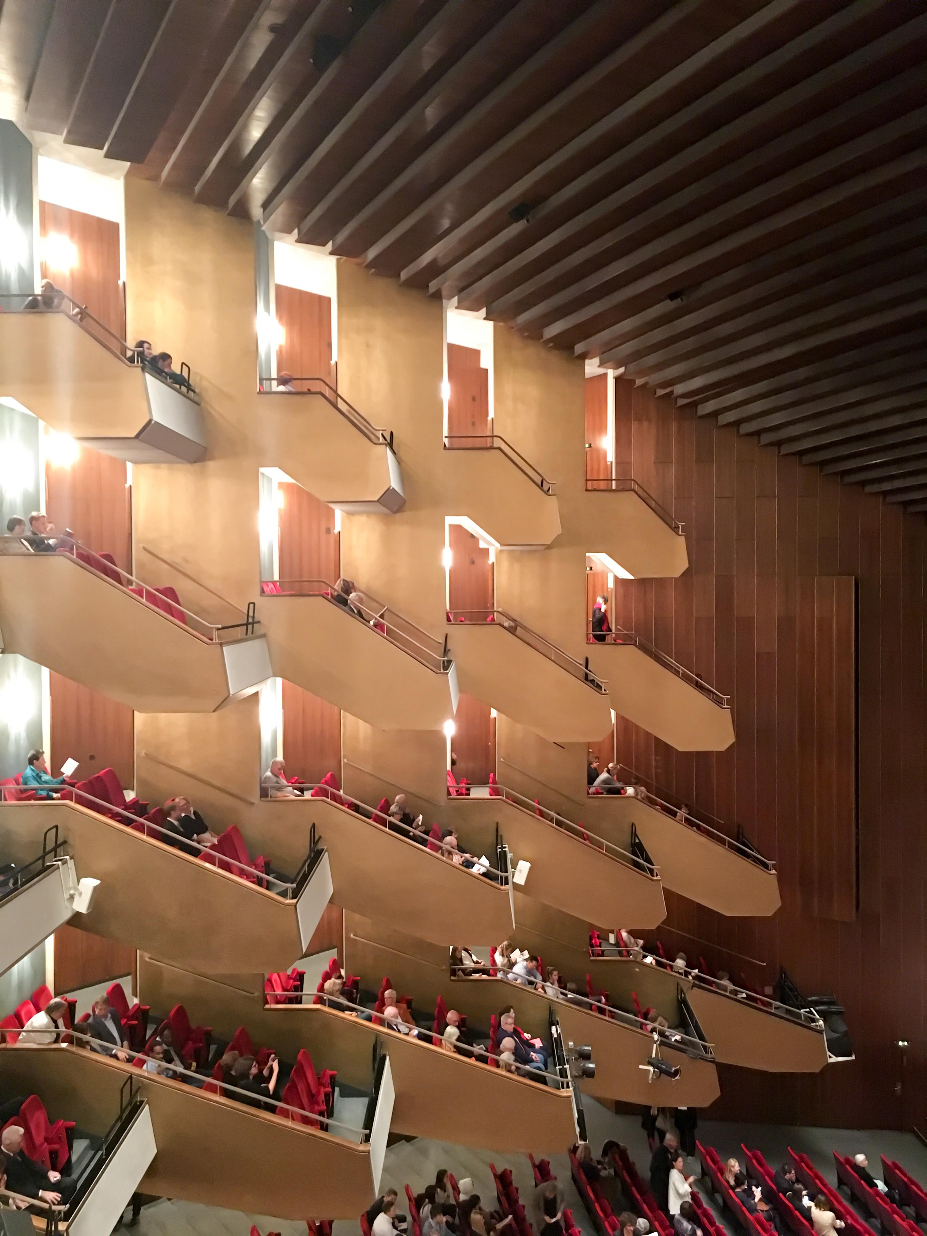 Wir waren in der Oper und haben die Zauberflöte gesehen. Wunderbare Musik, schreckliche Inszenierung.