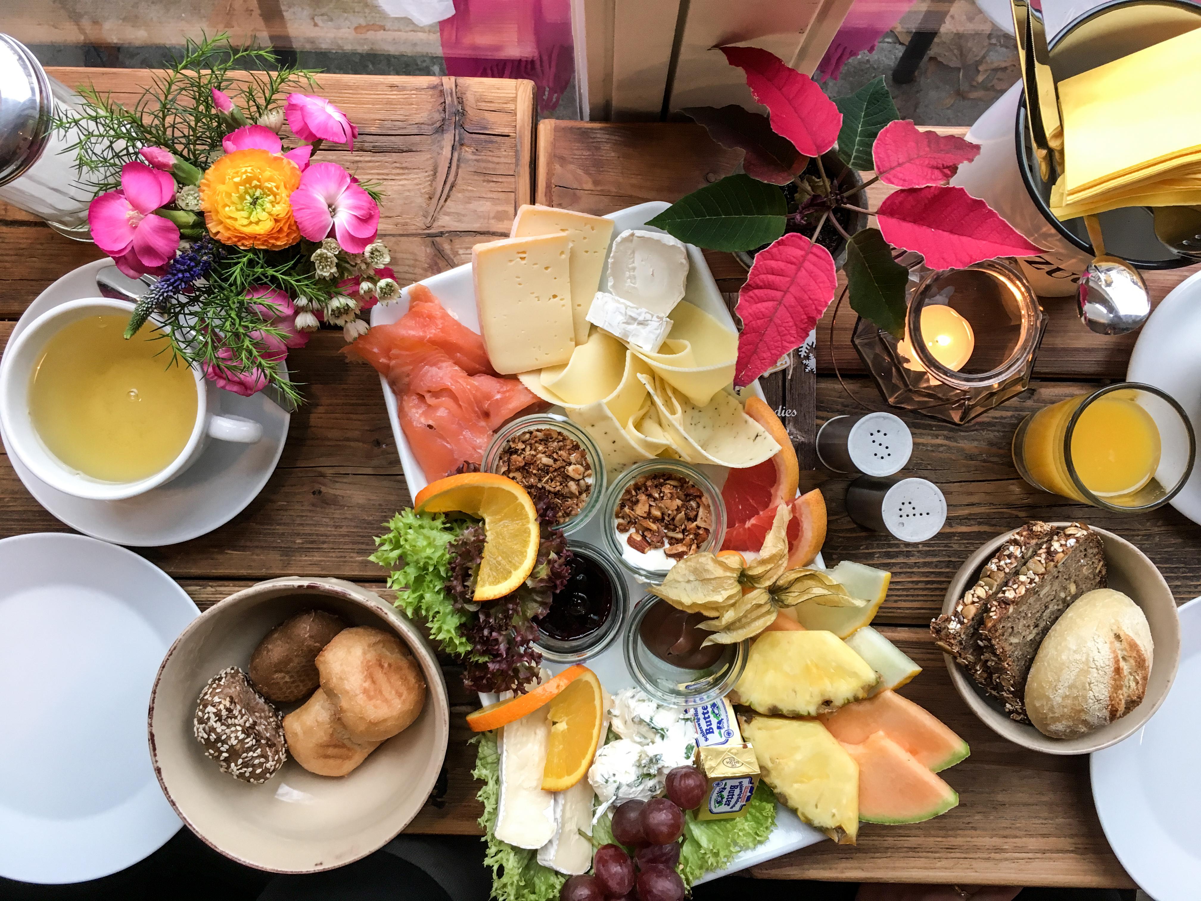 Meine Freundin und ich haben uns die Vollpension im Moki's im Eppendorfer Weg in Hamburg schmecken lassen. Es gibt auch ein veganes Frühstück und einen glutenfreien Brotkorb.
