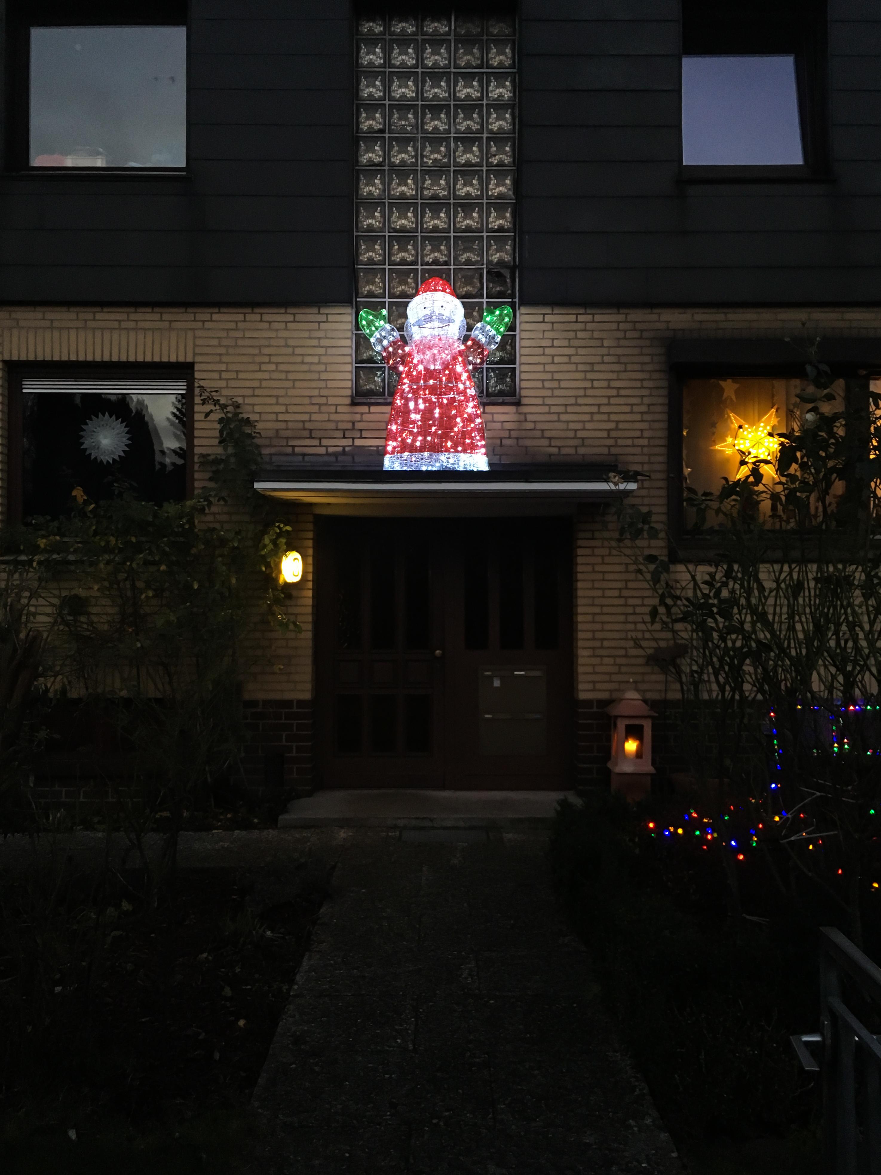 beleuchteter Weihnachtsmann auf Hauseingang