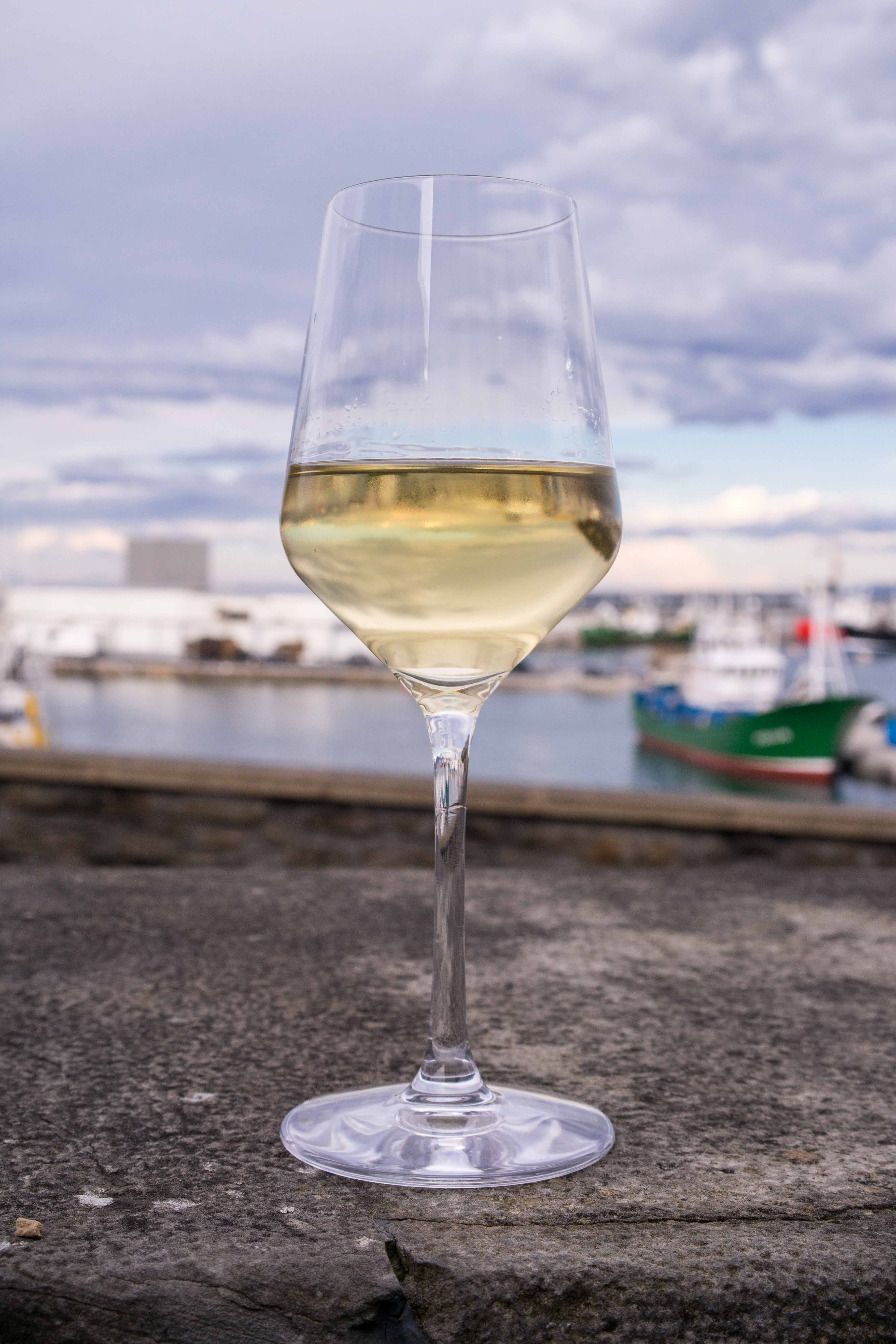 Weinglas Hafen Getaria Baskenland