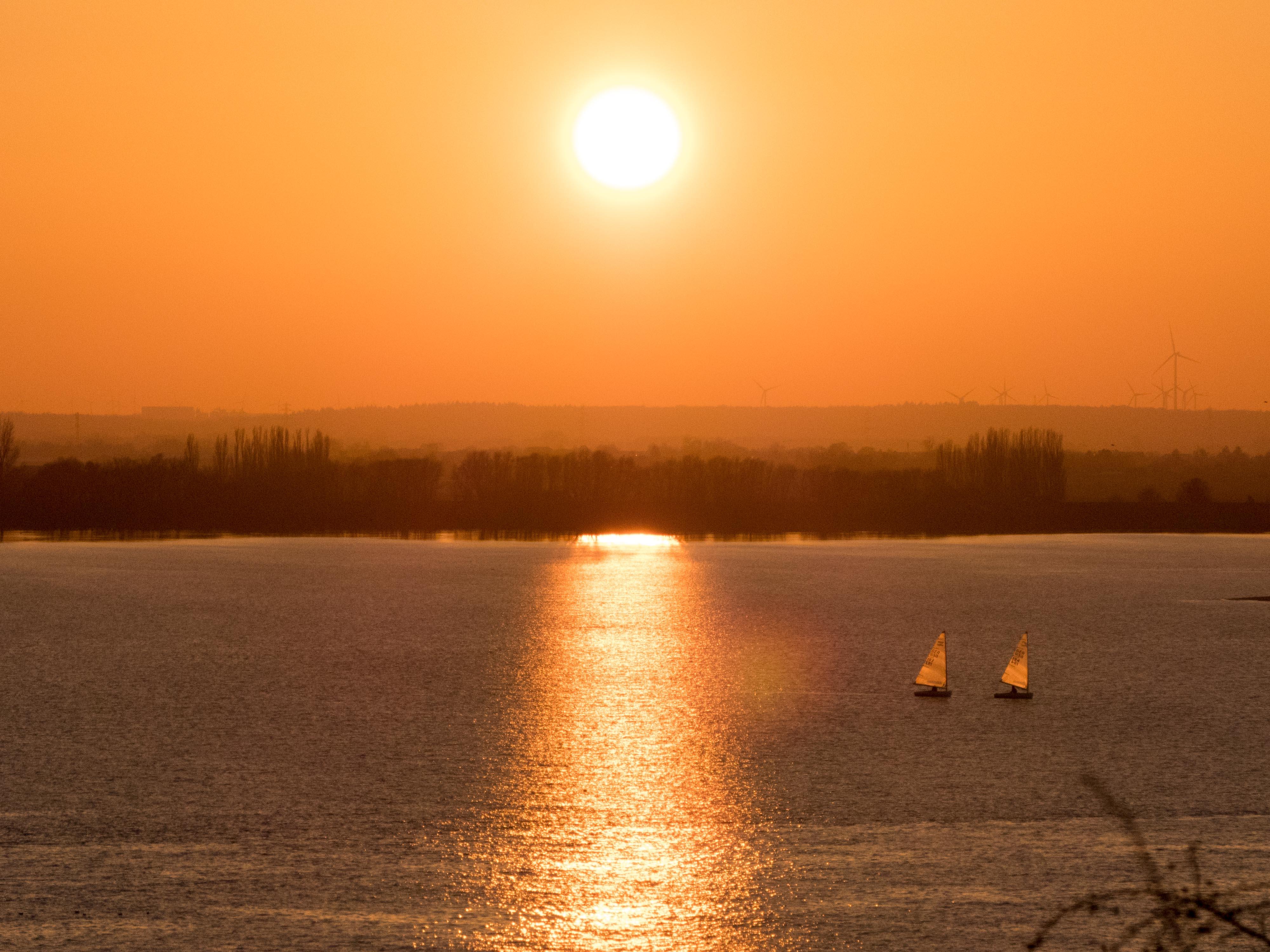 Sonnenuntergang Elbe mit zwei Segelbooten