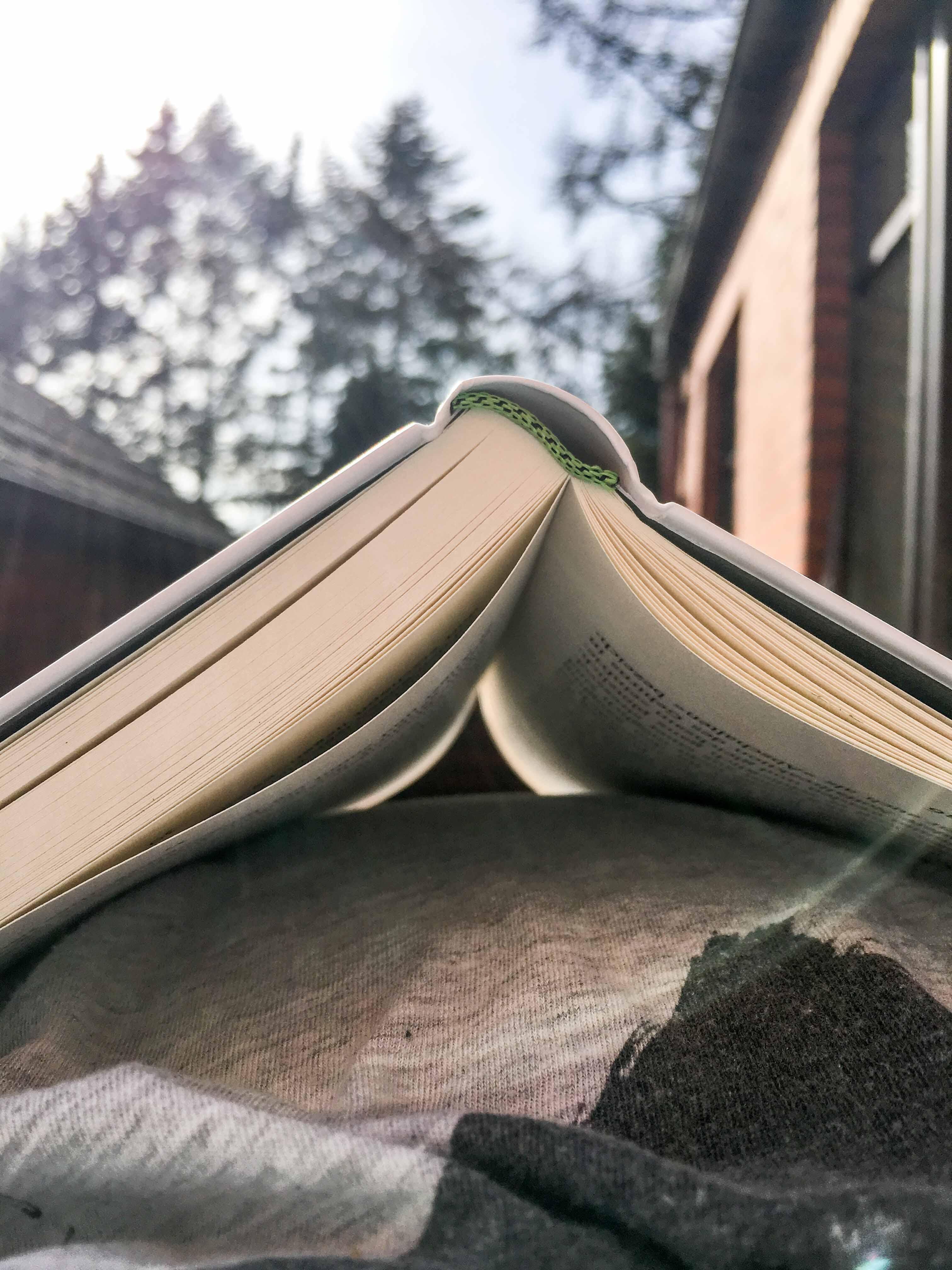 Buch auf Bauch