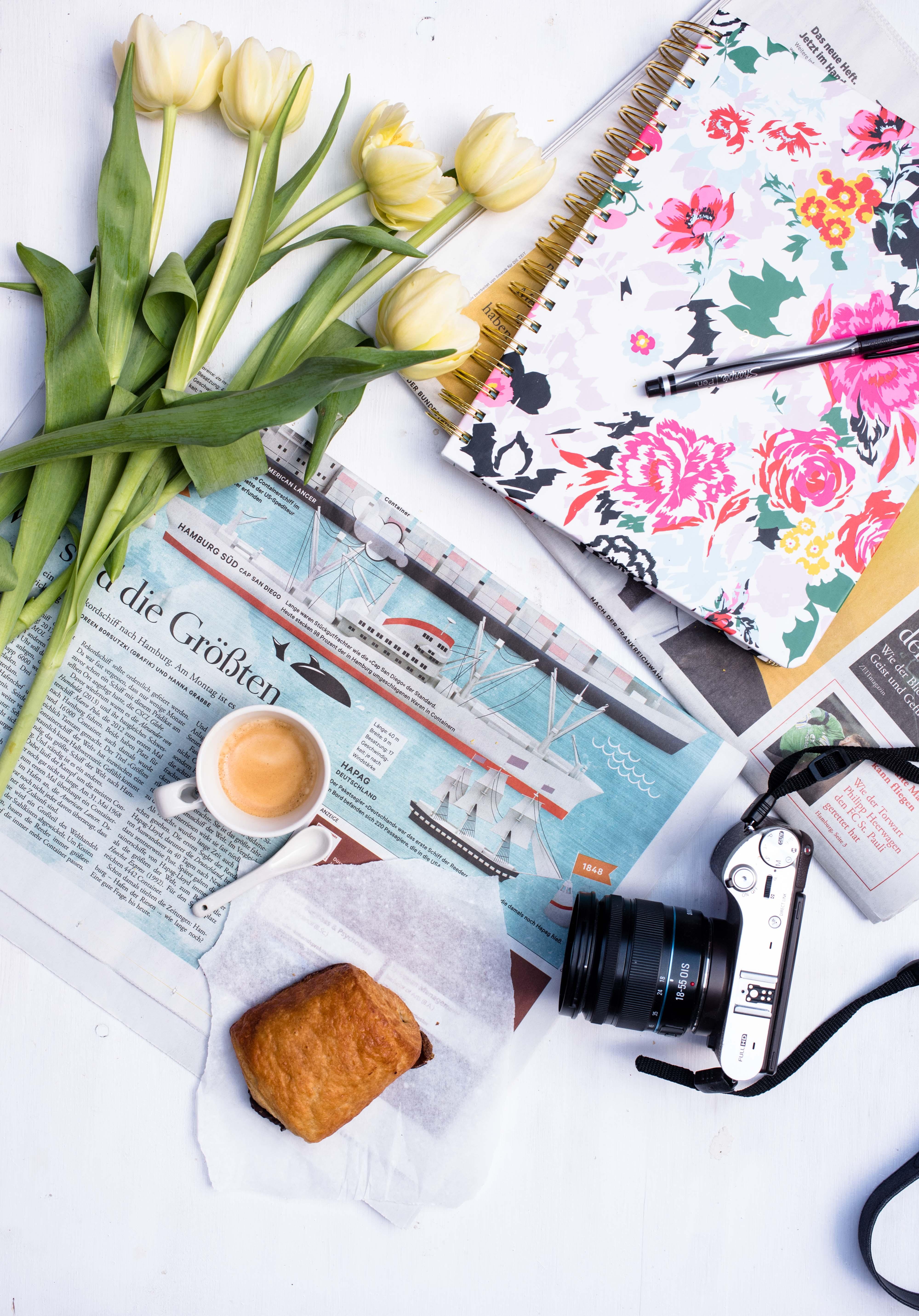 Flatlay Zeitung Croissant Espresso